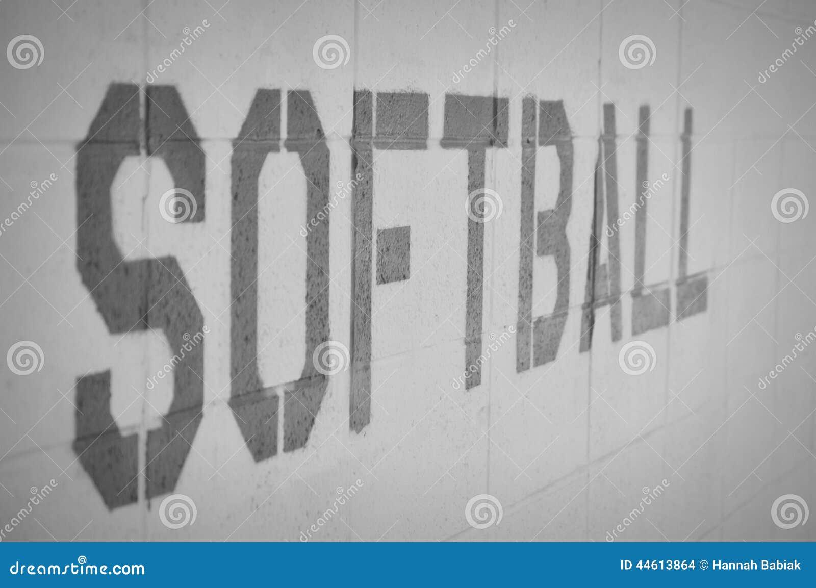 Softballi słowa na ściana z cegieł