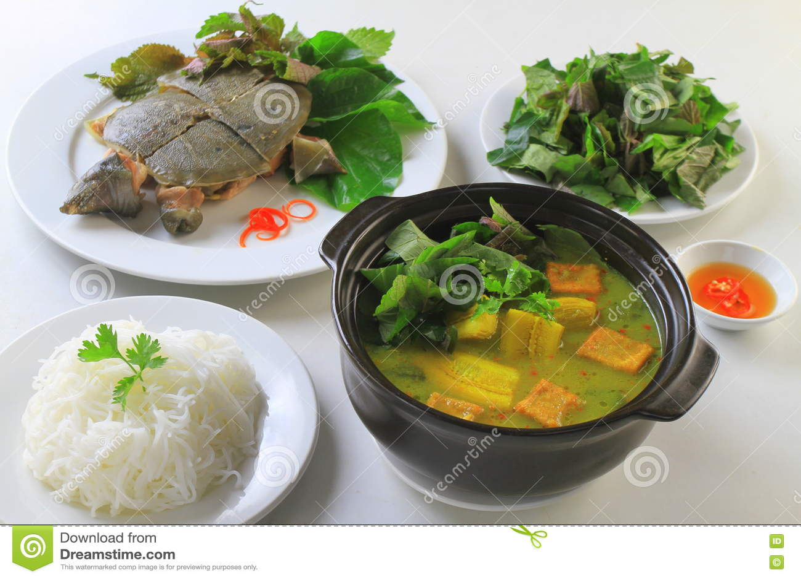 Softshells cuits de tortue avec les herbes, la soupe à banane et les vermicellis