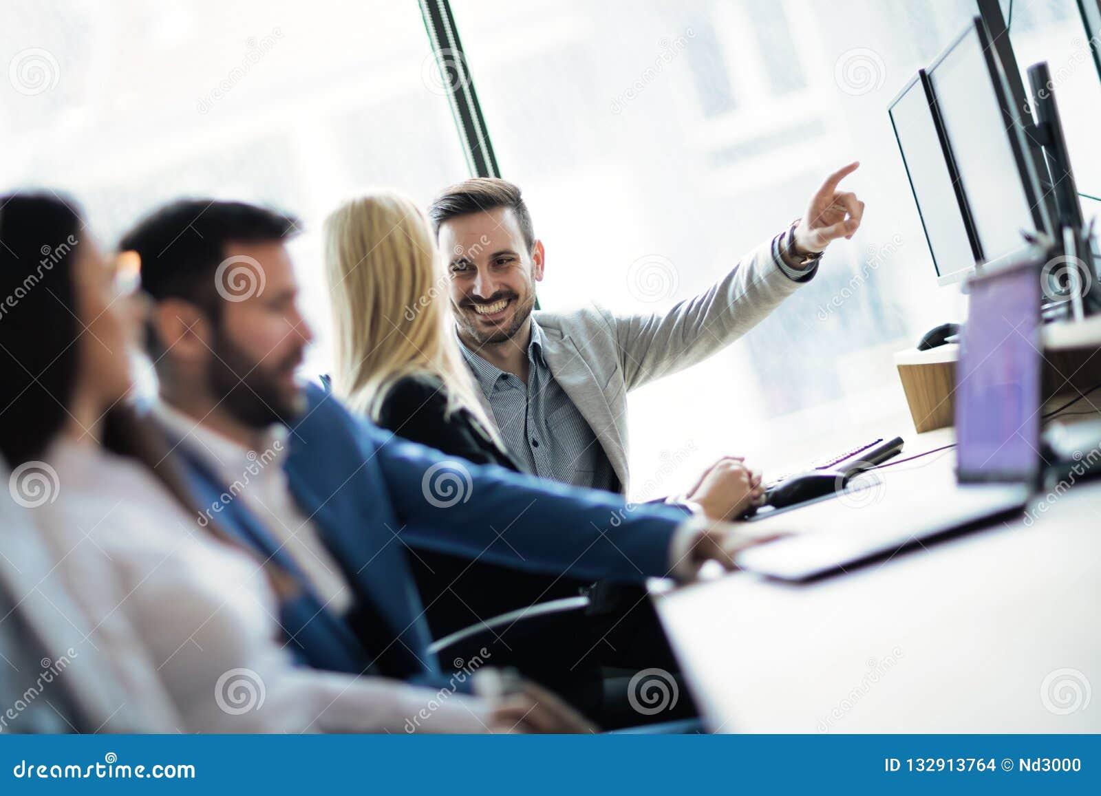Software Engineers que trabajan en oficina en proyecto junto