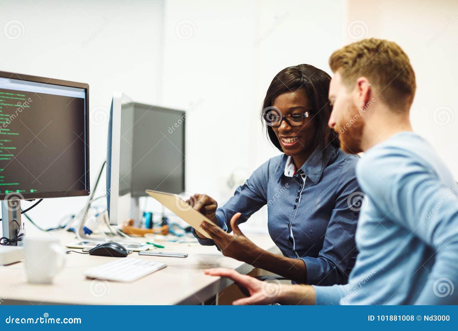 Software Engineers que trabajan en proyecto y que programan en compañía