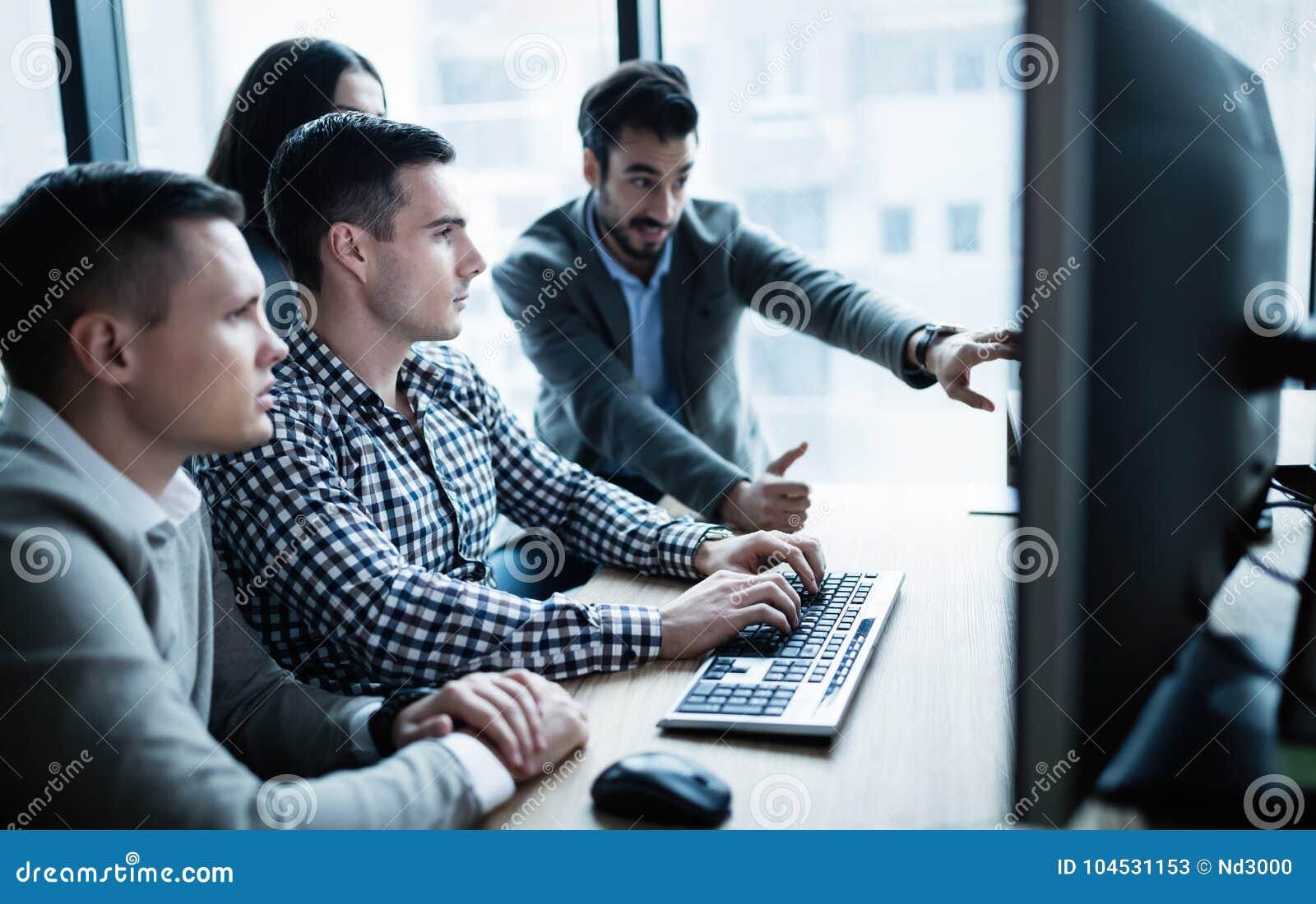 Software Engineers que trabalham no escritório no projeto junto