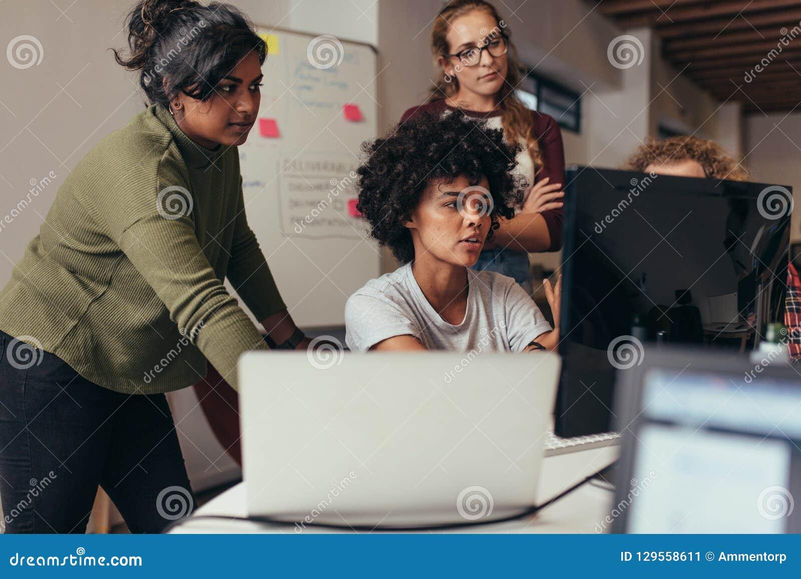 Softwareingenieurs die aan project samenwerken