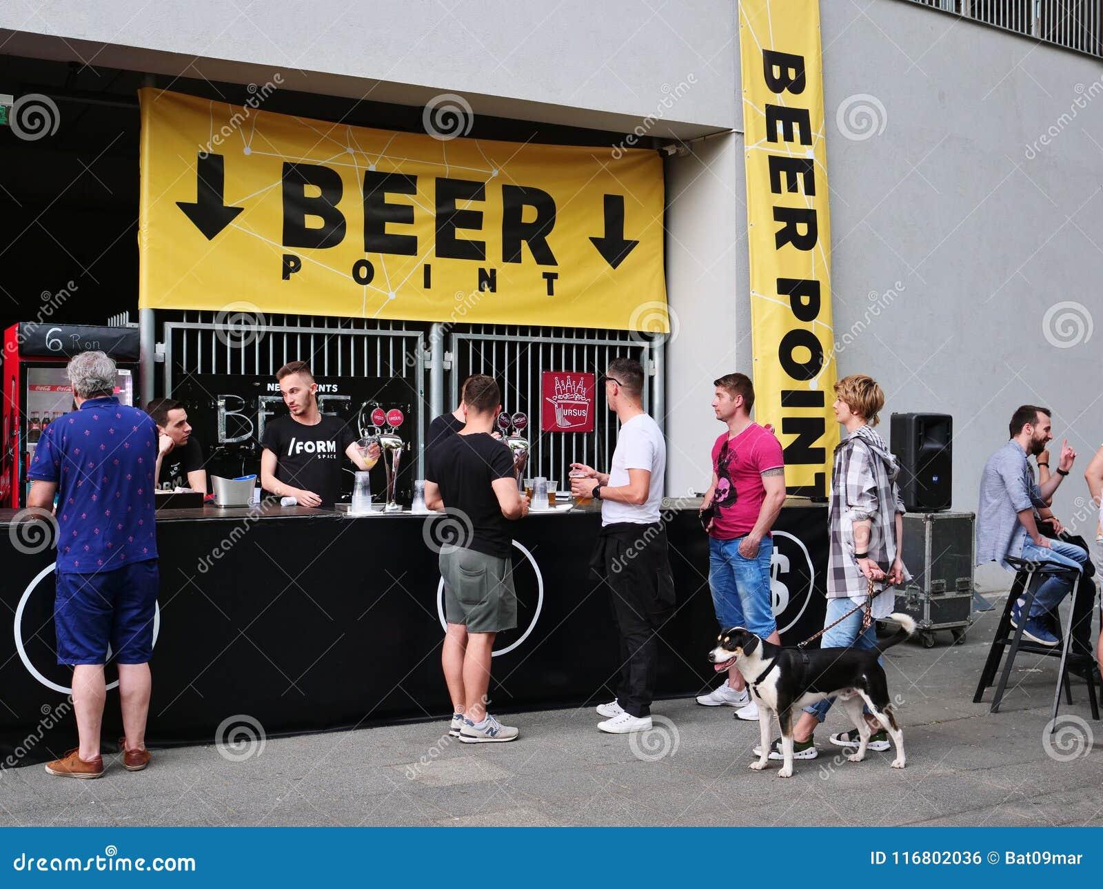Soggiorno della gente nella linea per comprare birra