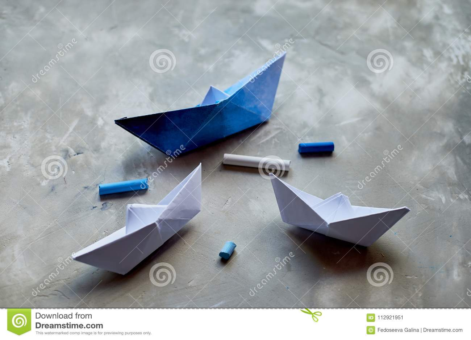 Sogni circa il mare Un simbolo del viaggio e della libertà Una nave fatta di carta pastelli pastelli di +EPS in una tazza