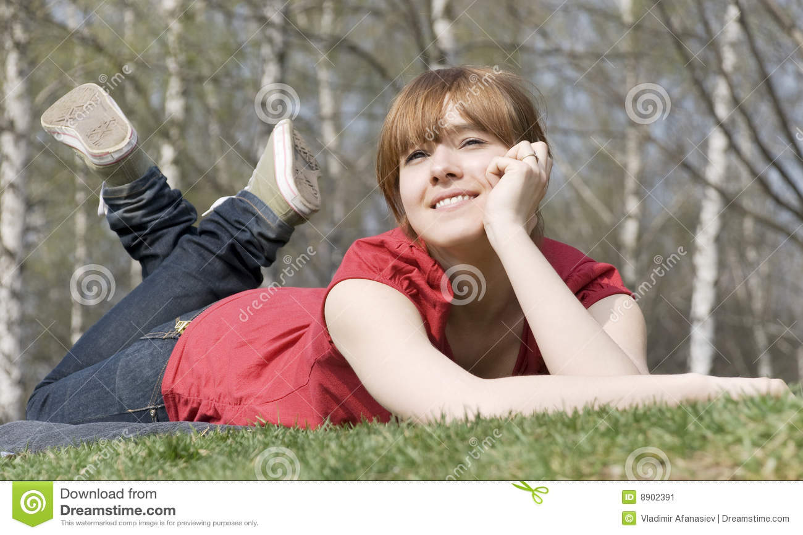 Sogni graziosi della ragazza nell ambiente della natura