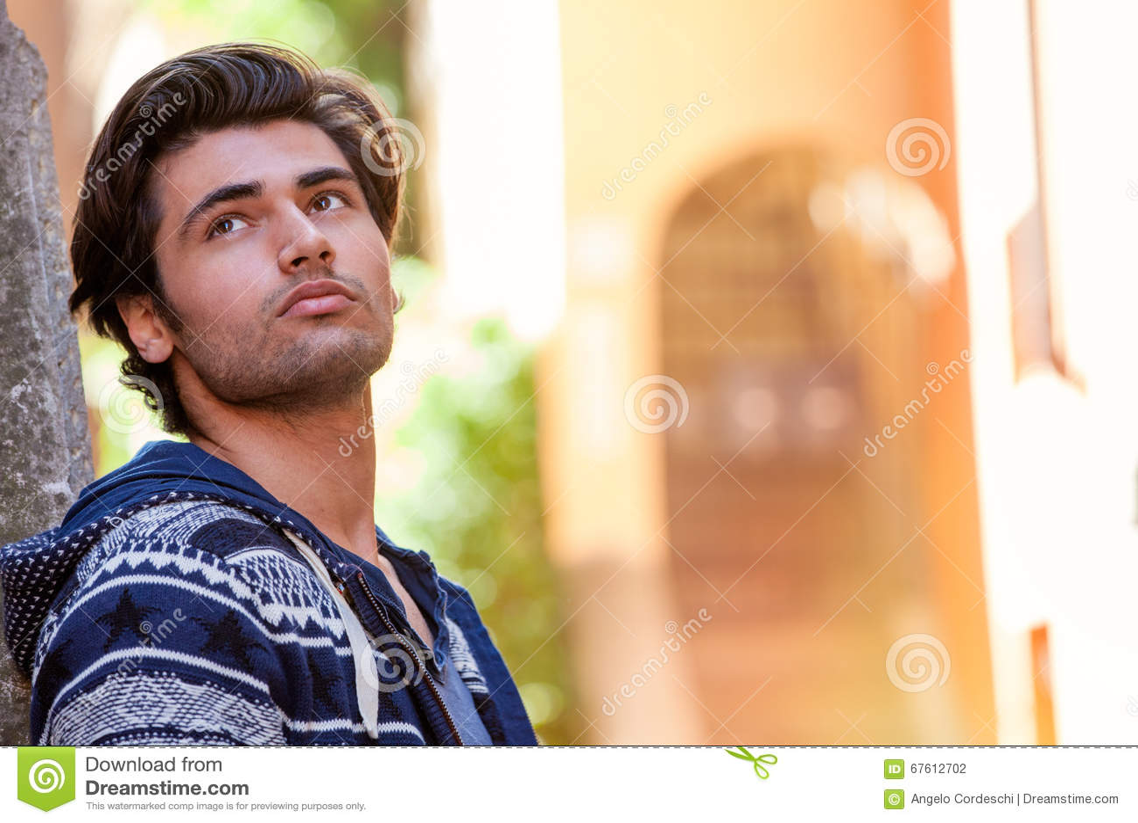 Sogno di speranza, amore aspettante Giovane pensiero dell uomo del sognatore