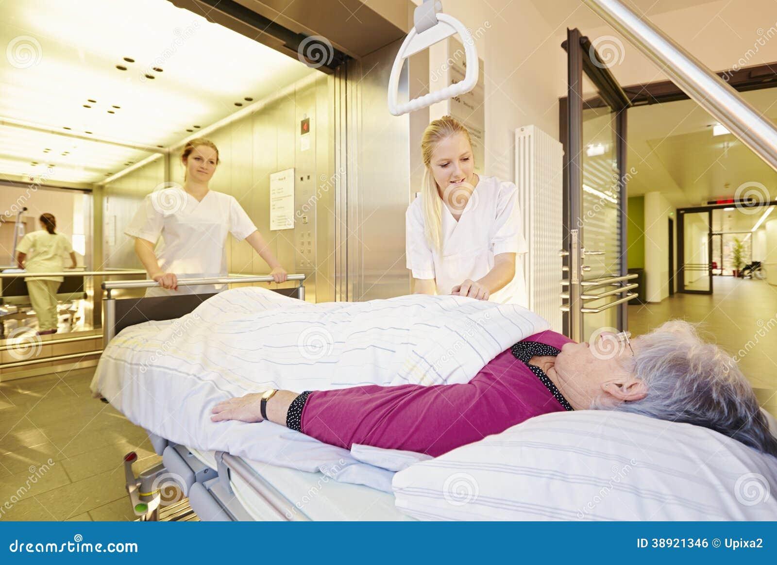 Soigne l ascenseur patient de lit d hôpital