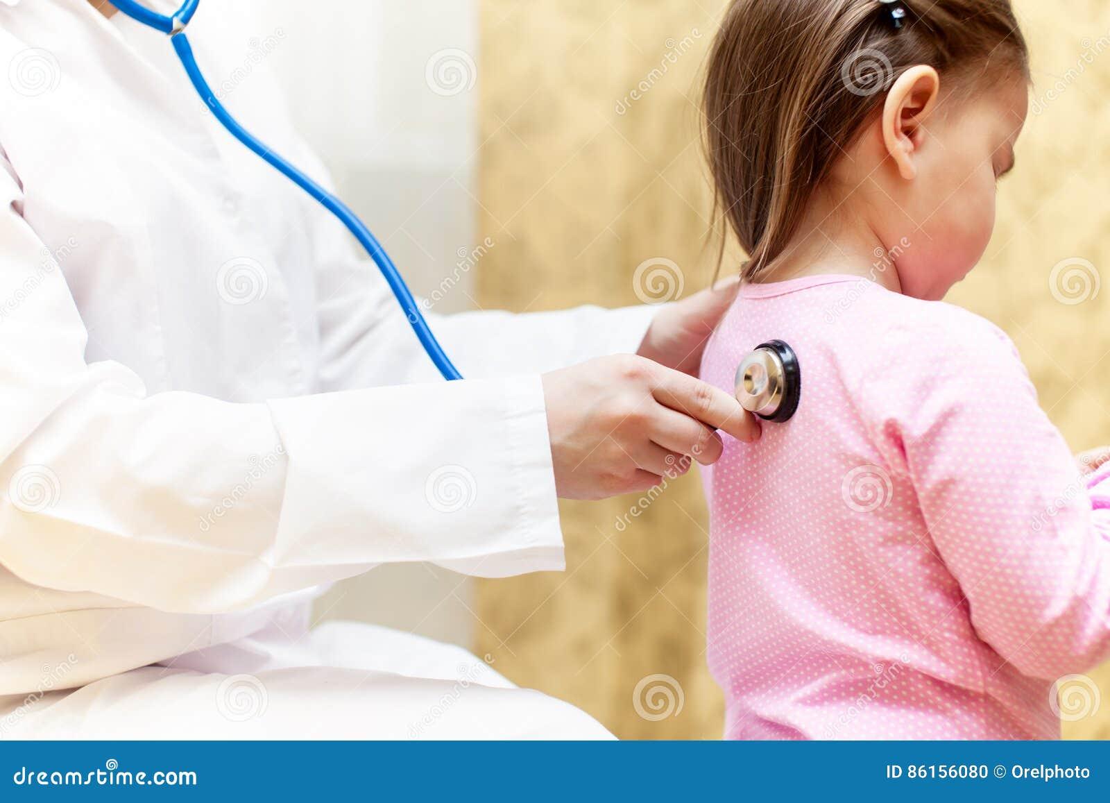 Soignez examiner une fille d enfant dans un hôpital