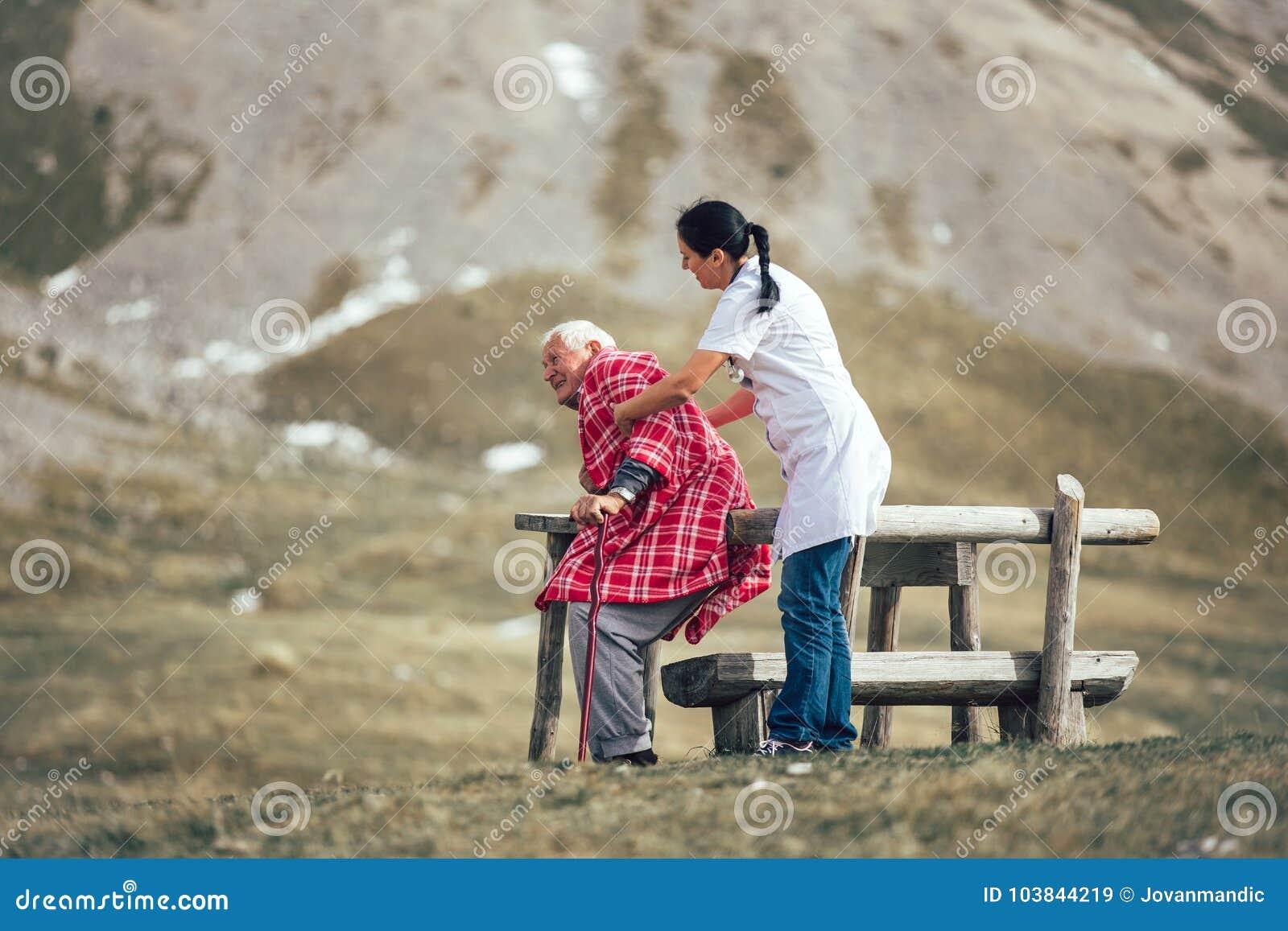 Soignez l homme supérieur plus âgé de aide pour marcher sur l air de frash