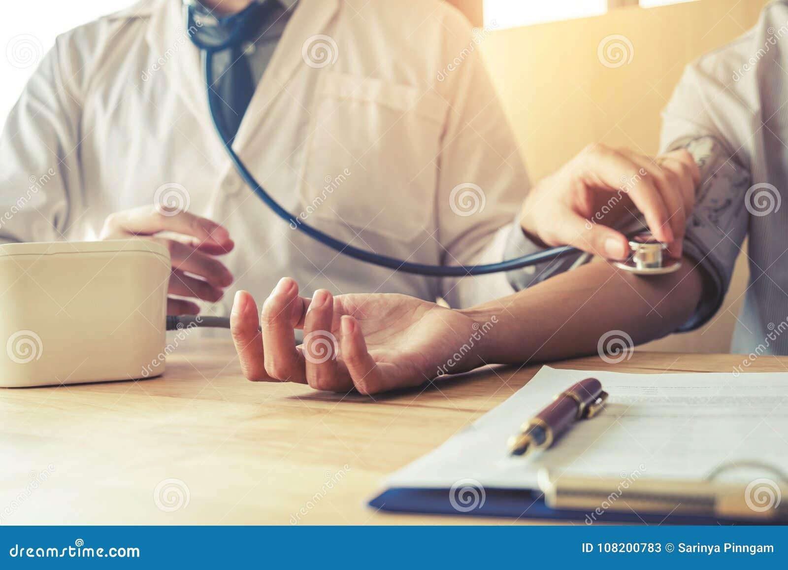 Soignez la patiente de femme de tension artérielle de sang artériel de Measuring sur le bras il
