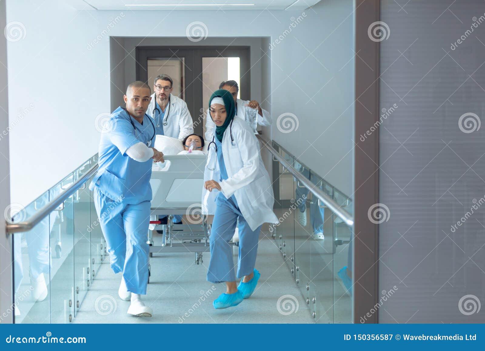 Soignez pousser le lit de civi?re de secours dans le couloir ? l h?pital