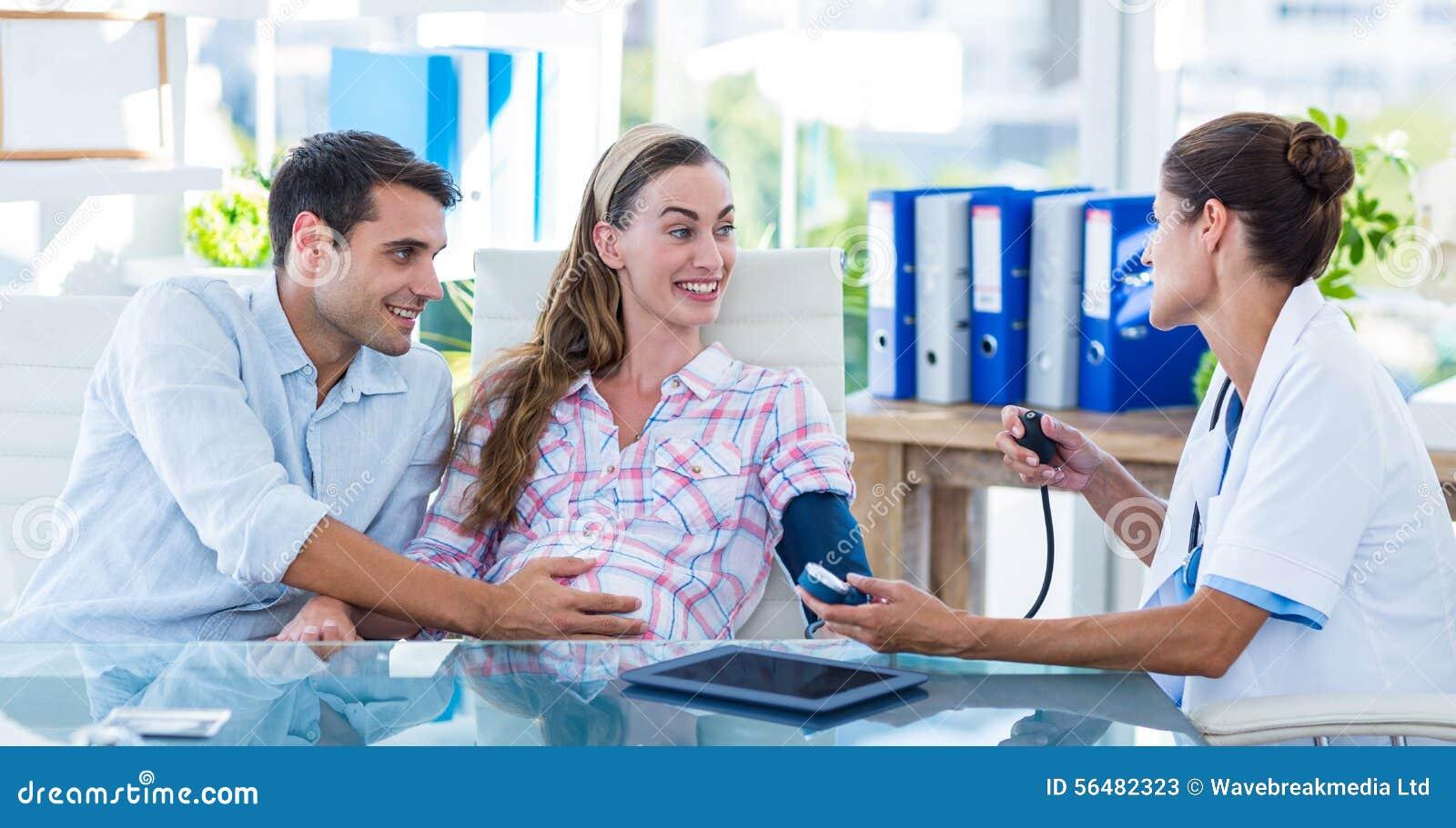 Soignez prendre la tension artérielle d un patient enceinte avec son mari