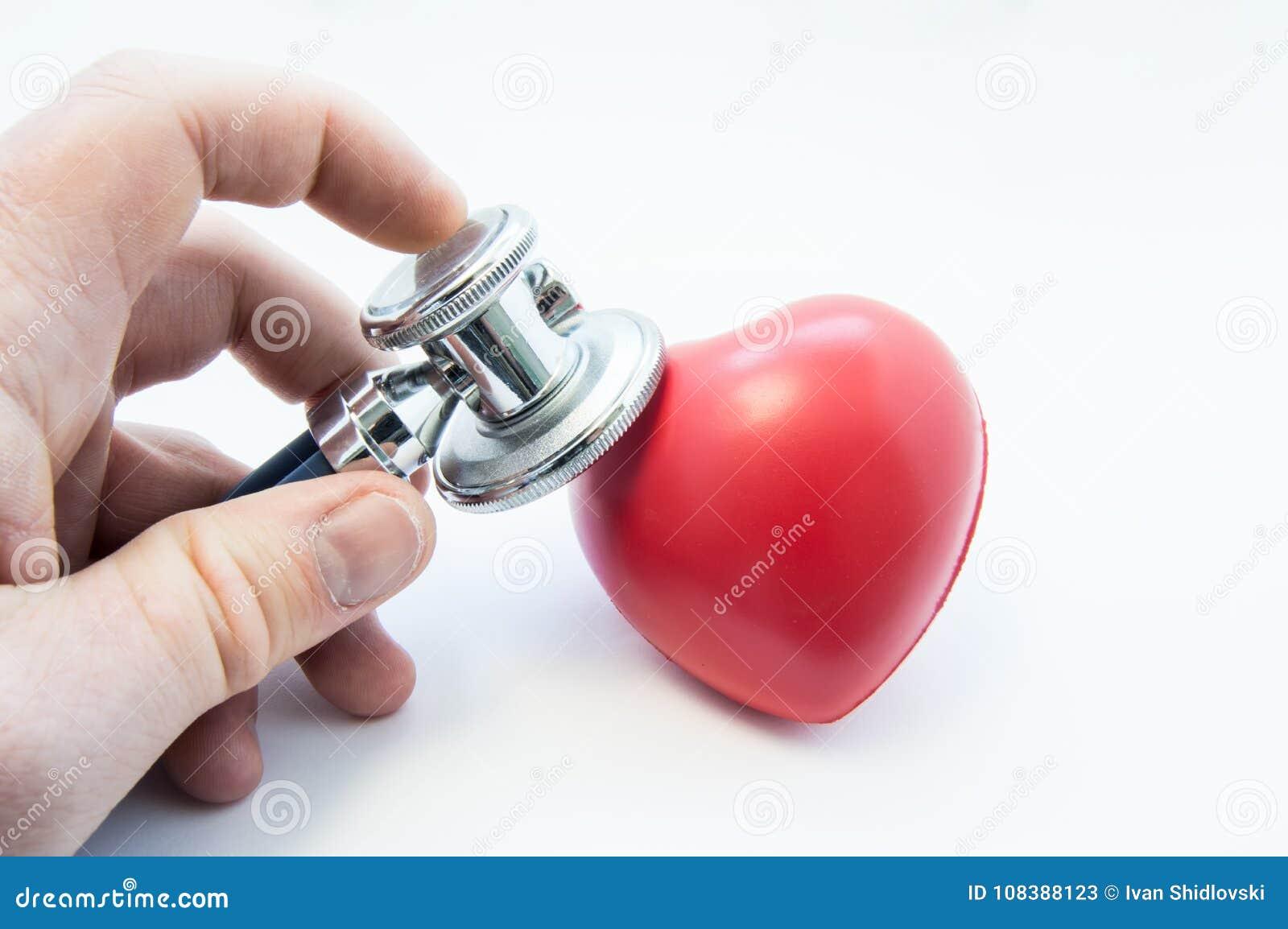 Soignez tenir le stéthoscope dans sa main, examinez la forme de coeur pour la présence des maladies du système cardio-vasculaire