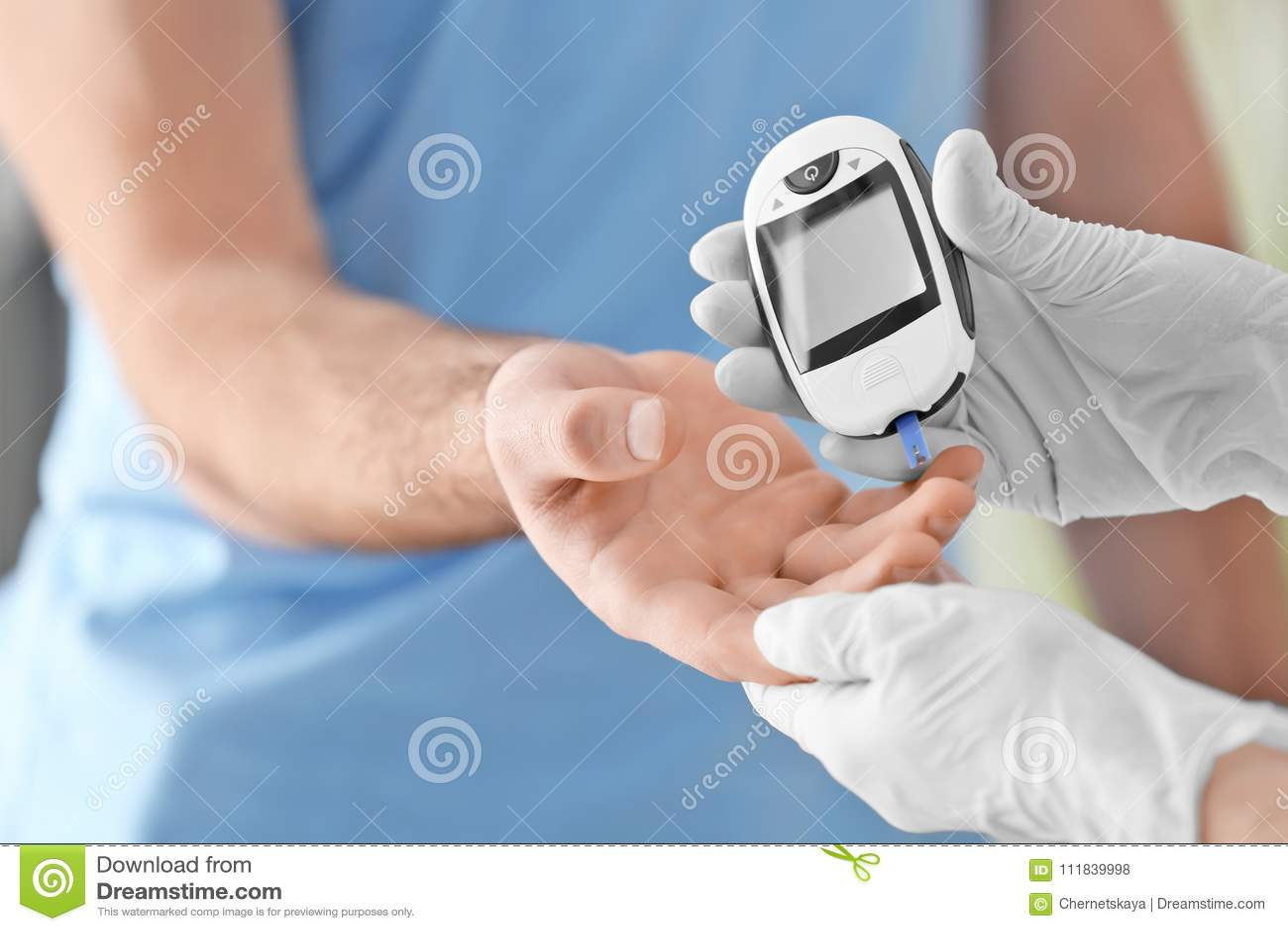 Soignez vérifier le taux du sucre dans le sang patient diabétique du ` s