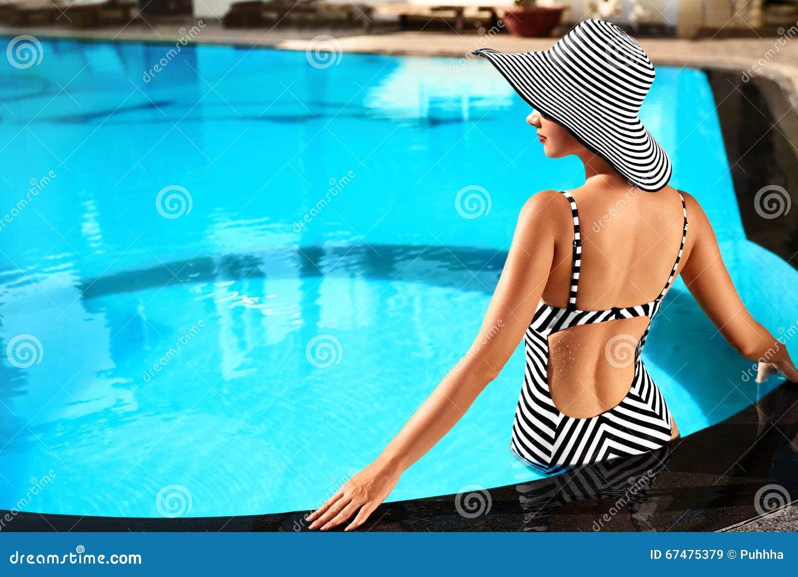 Soin de corps de femme d été Relaxation dans la piscine Vacances Va