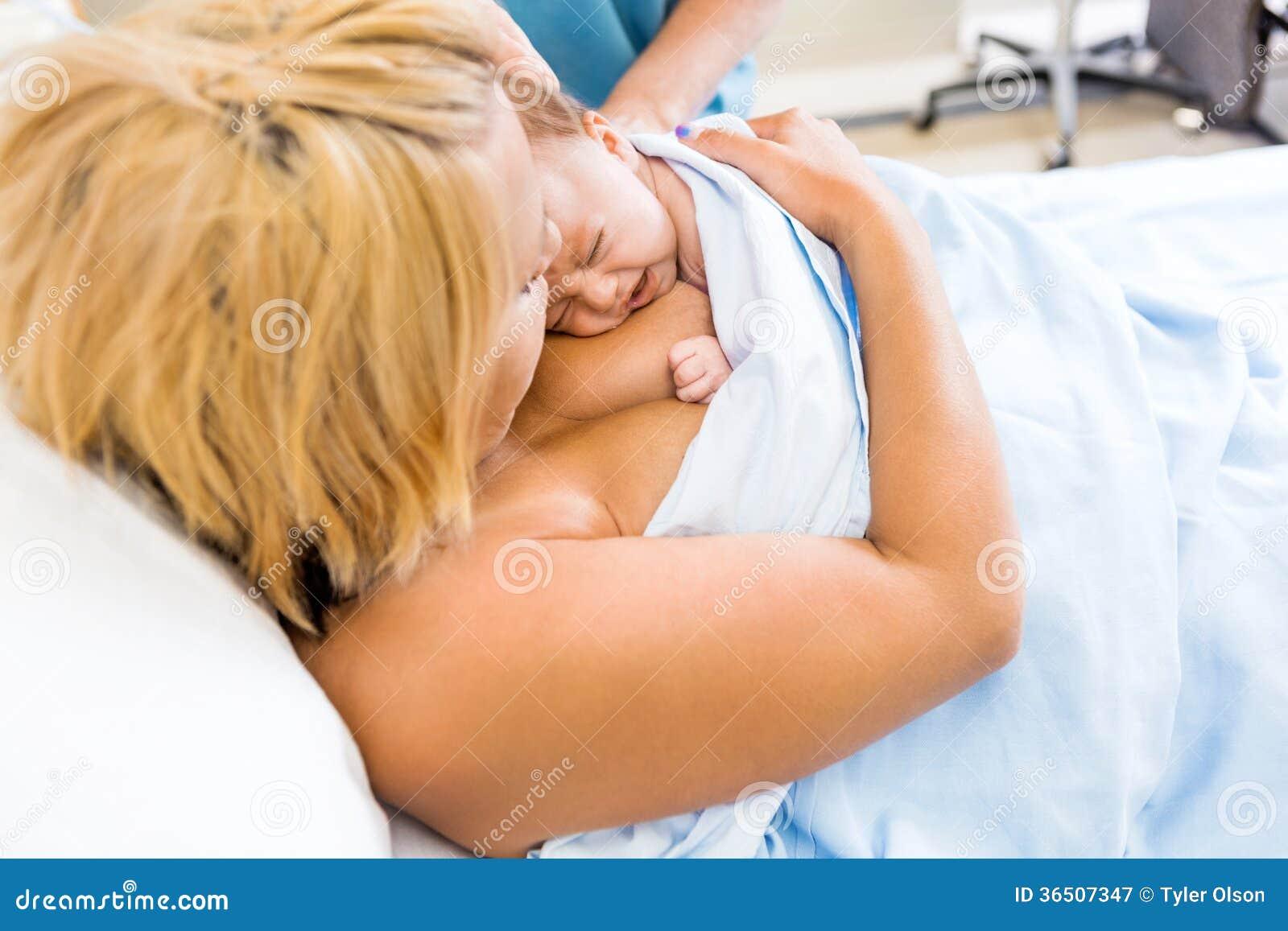 Soin de Peau-à-peau avec le bébé nouveau-né