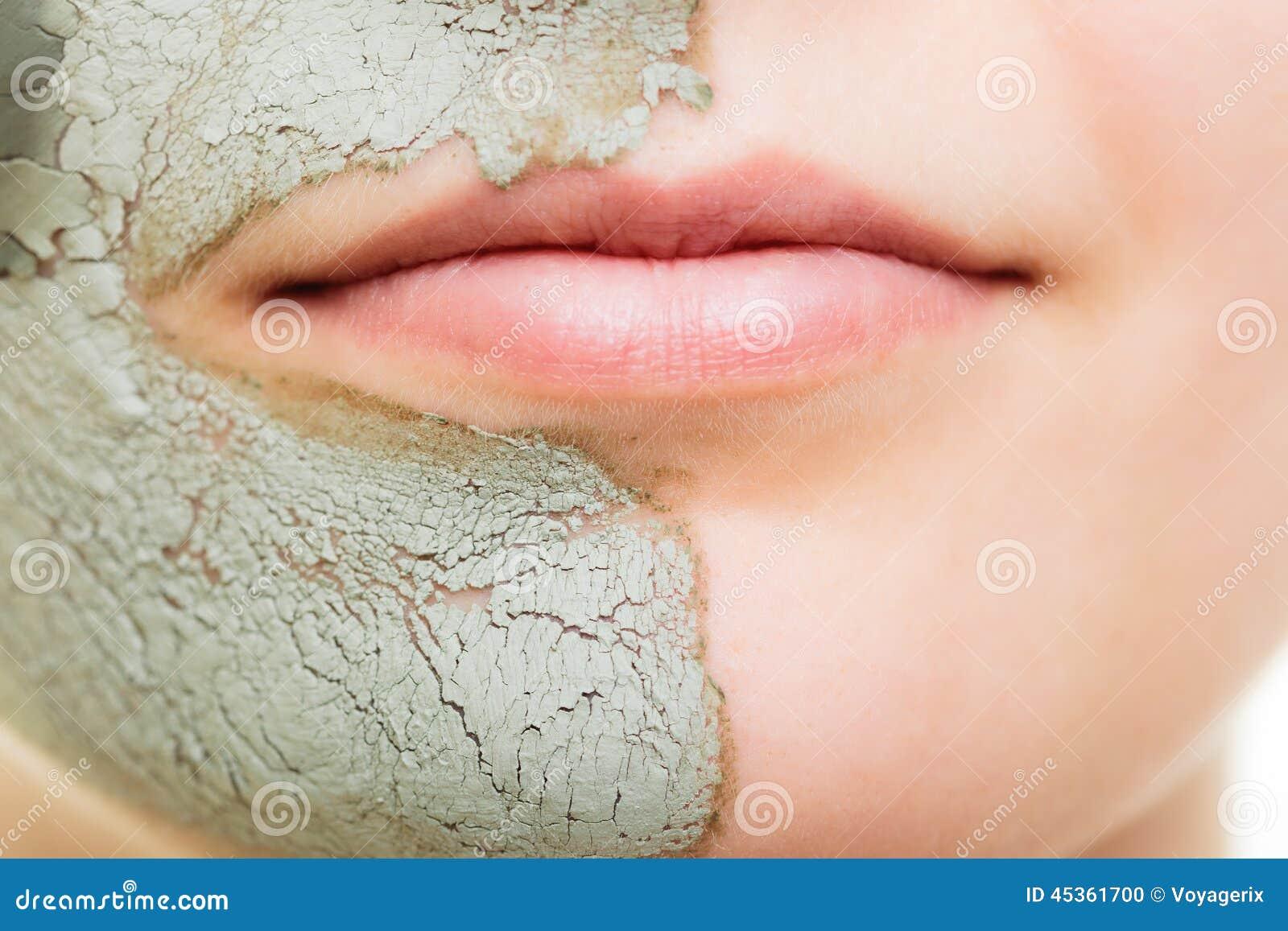 Soin de peau Femme dans le masque de boue d argile sur le visage beauté