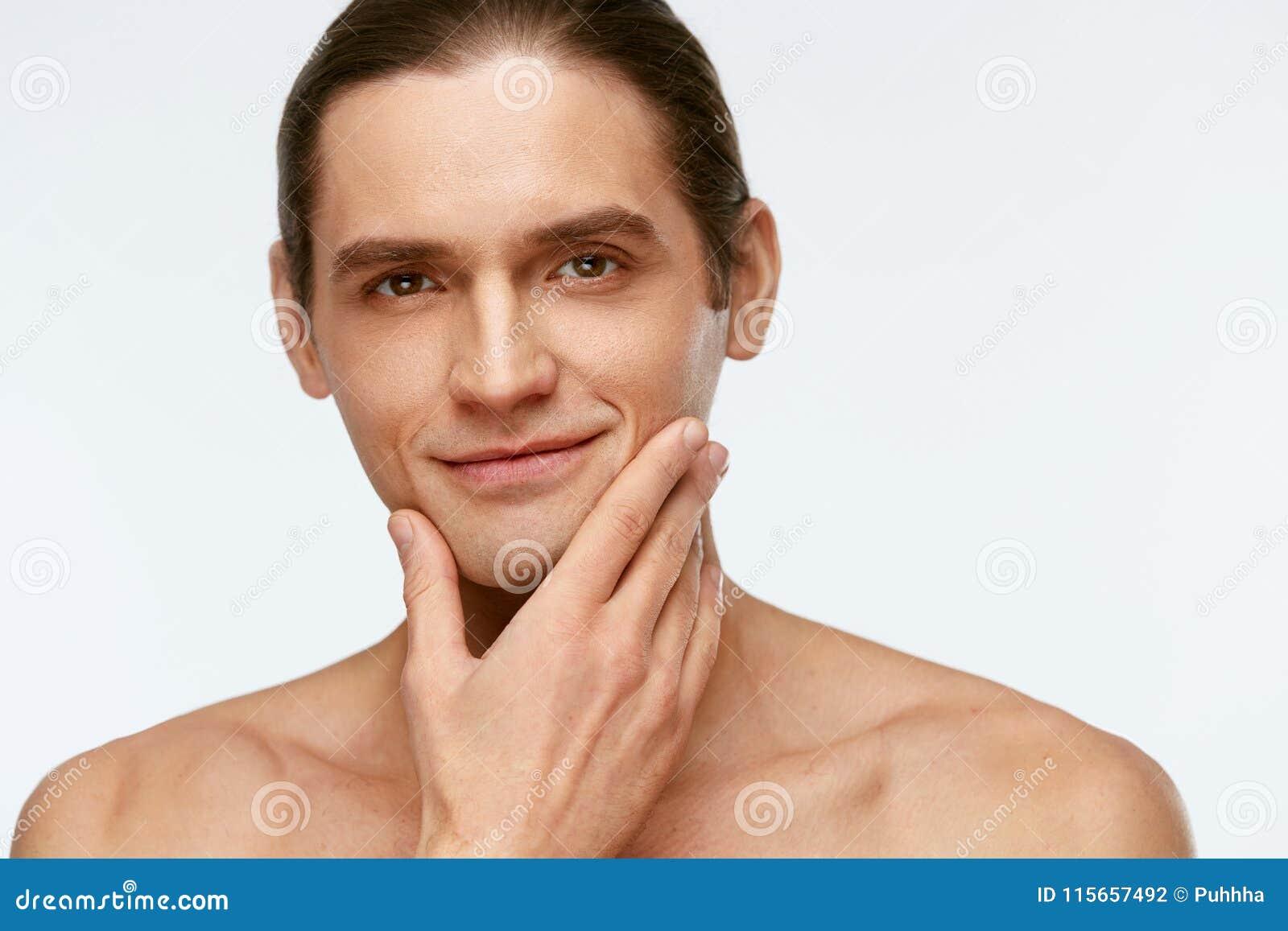 Soin de visage d hommes Peau lisse émouvante d homme après le rasage