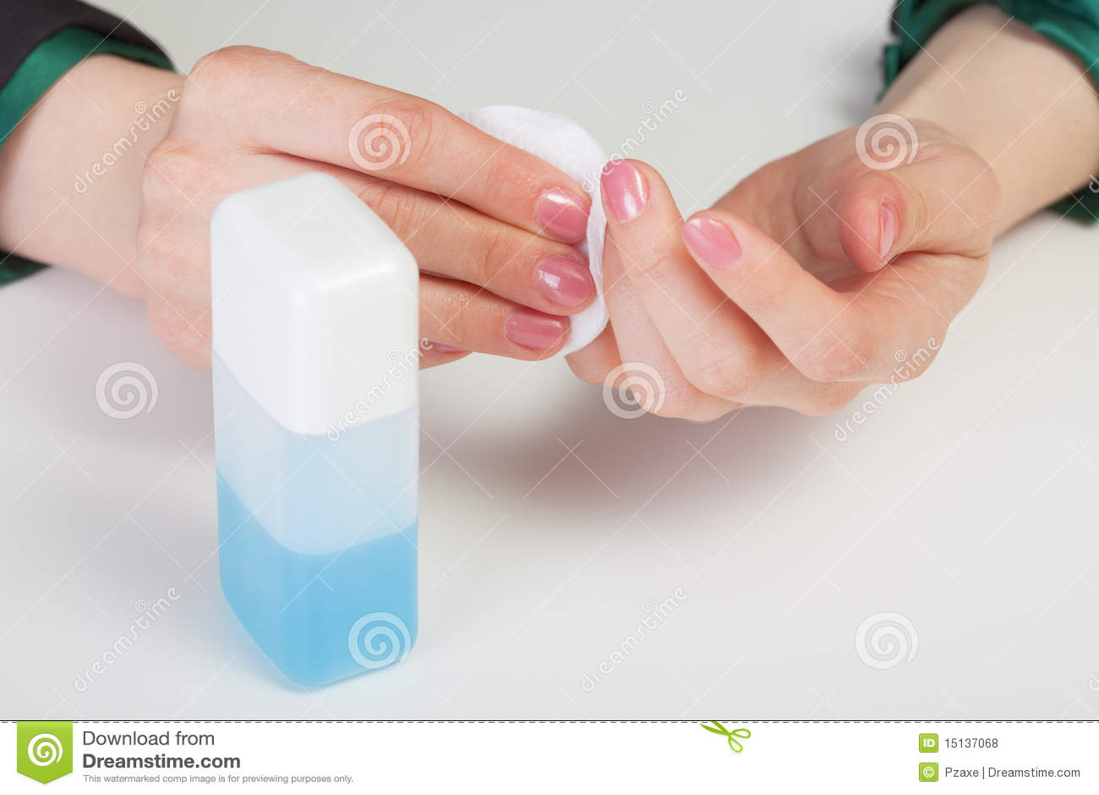 Soin par des clous - enlèvement de vernis à ongles