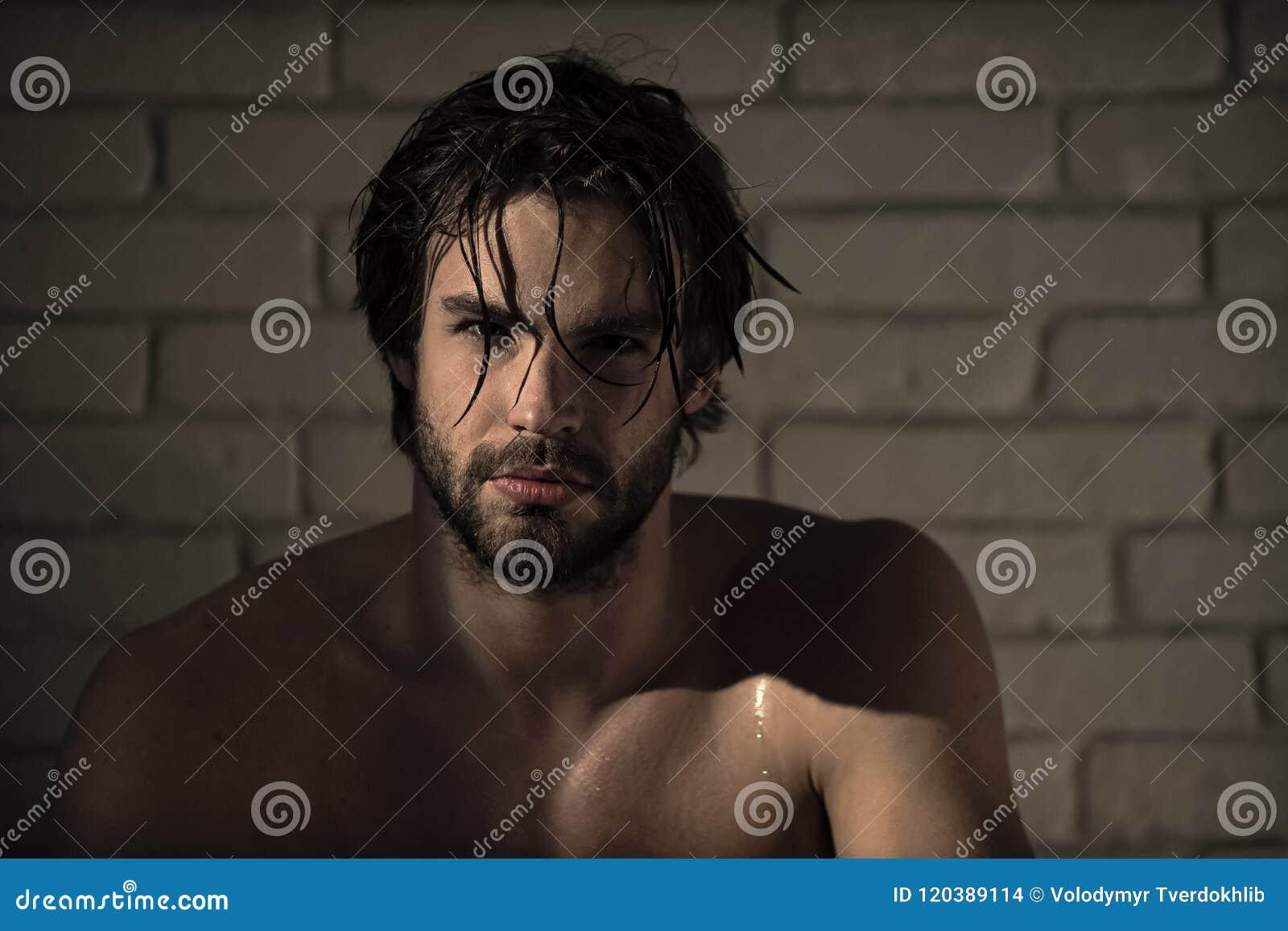 Soin personnel homme sexy avec les cheveux humides, corps musculaire dans le bain, douche