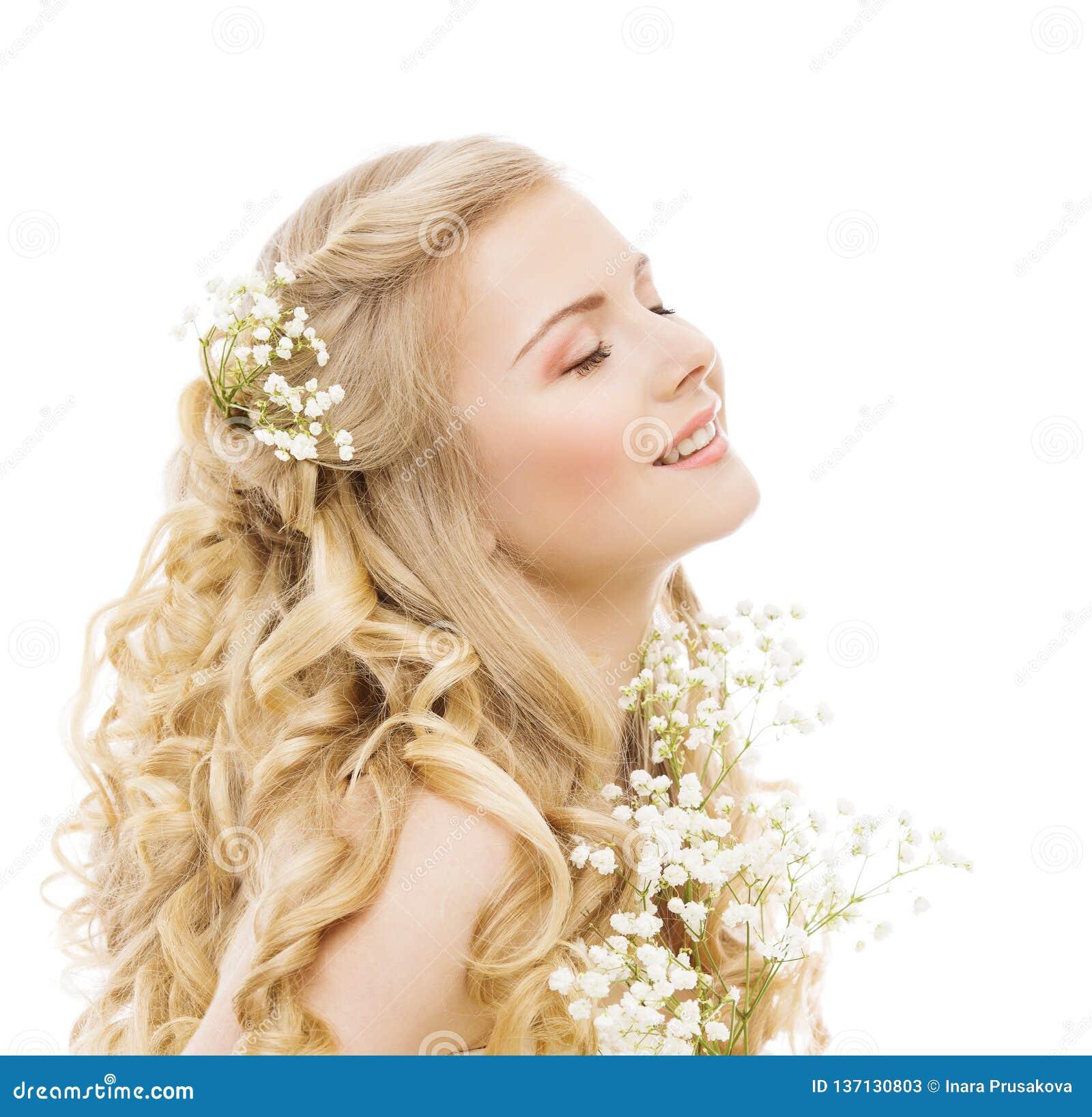 Soins capillaires de beauté de femme et traitement, coiffure heureuse de fleurs de jeune fille sur le blanc