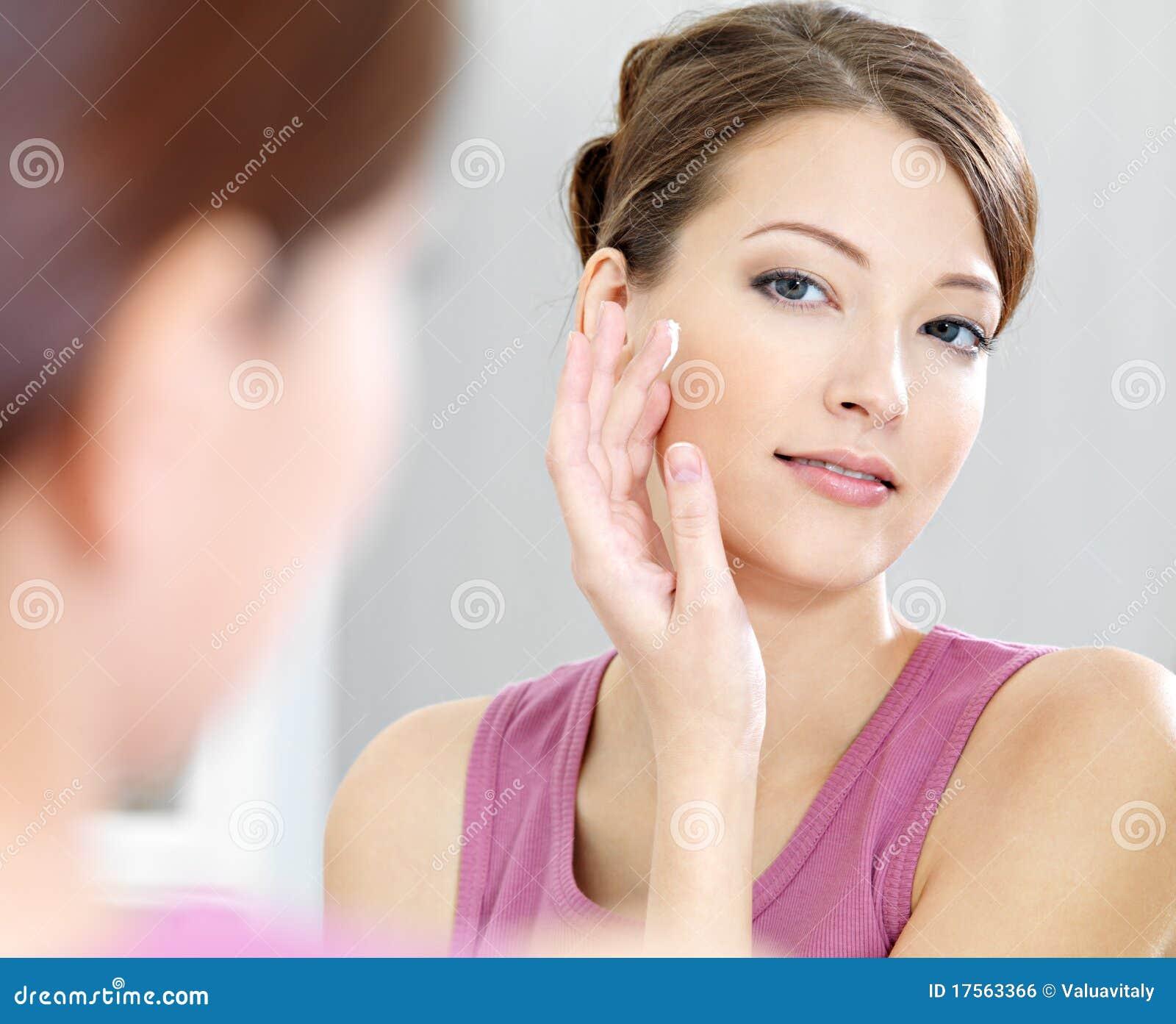 soins de femme de sa belle peau sur le visage photo stock image du frais femelle 17563366. Black Bedroom Furniture Sets. Home Design Ideas