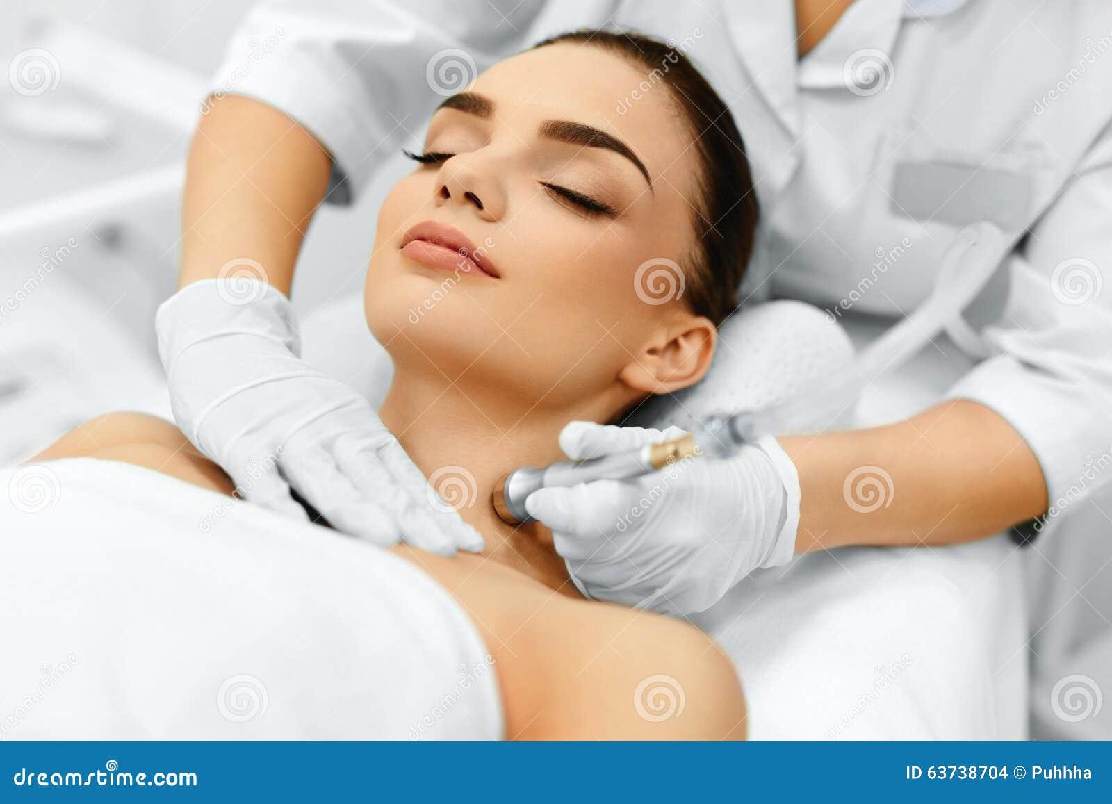 soins de la peau de visage diamond microdermabrasion peeling treatment bea photo stock image. Black Bedroom Furniture Sets. Home Design Ideas