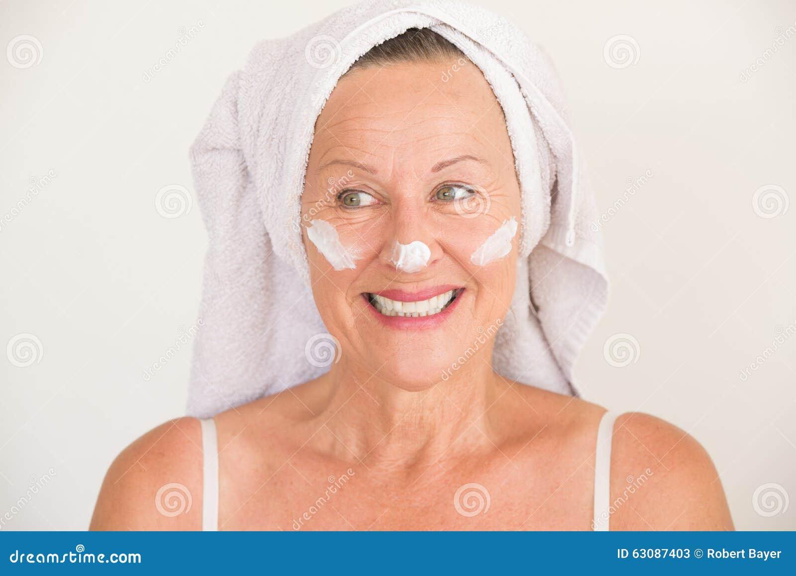 Download Soins De La Peau Mûrs Attrayants De Visage De Femme Image stock - Image du beauté, application: 63087403