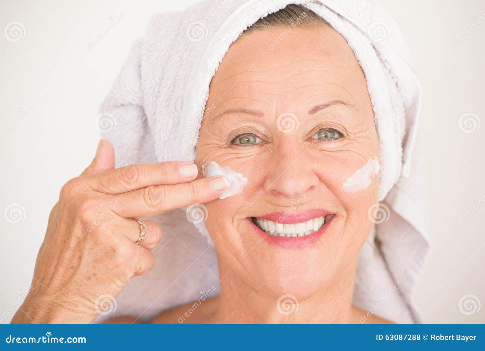 Download Soins De La Peau Mûrs De Sourire De Visage De Femme Photo stock - Image du bonheur, propre: 63087288