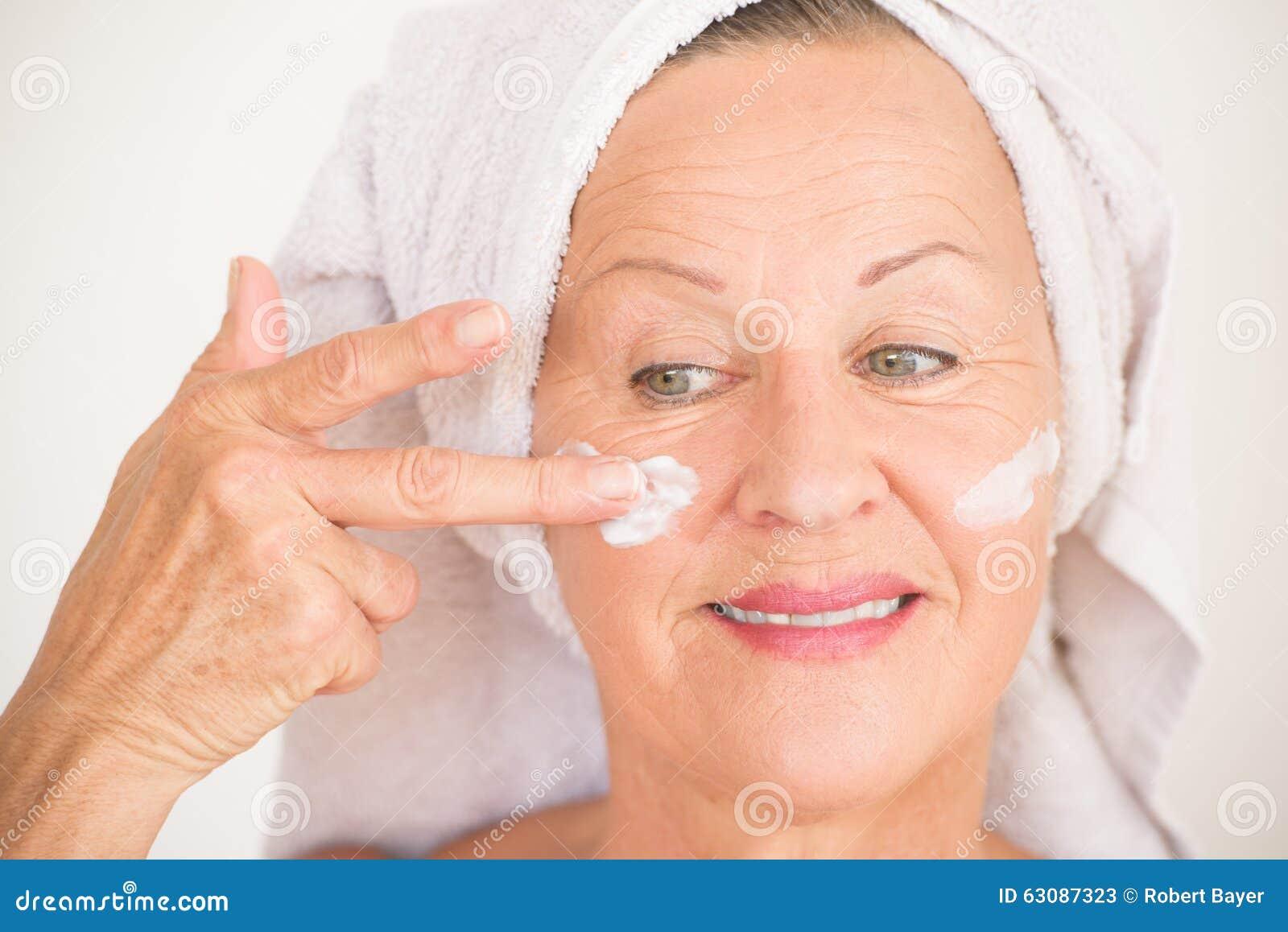 Download Soins De La Peau Mûrs Heureux De Visage De Femme Image stock - Image du joyeux, lifestyle: 63087323