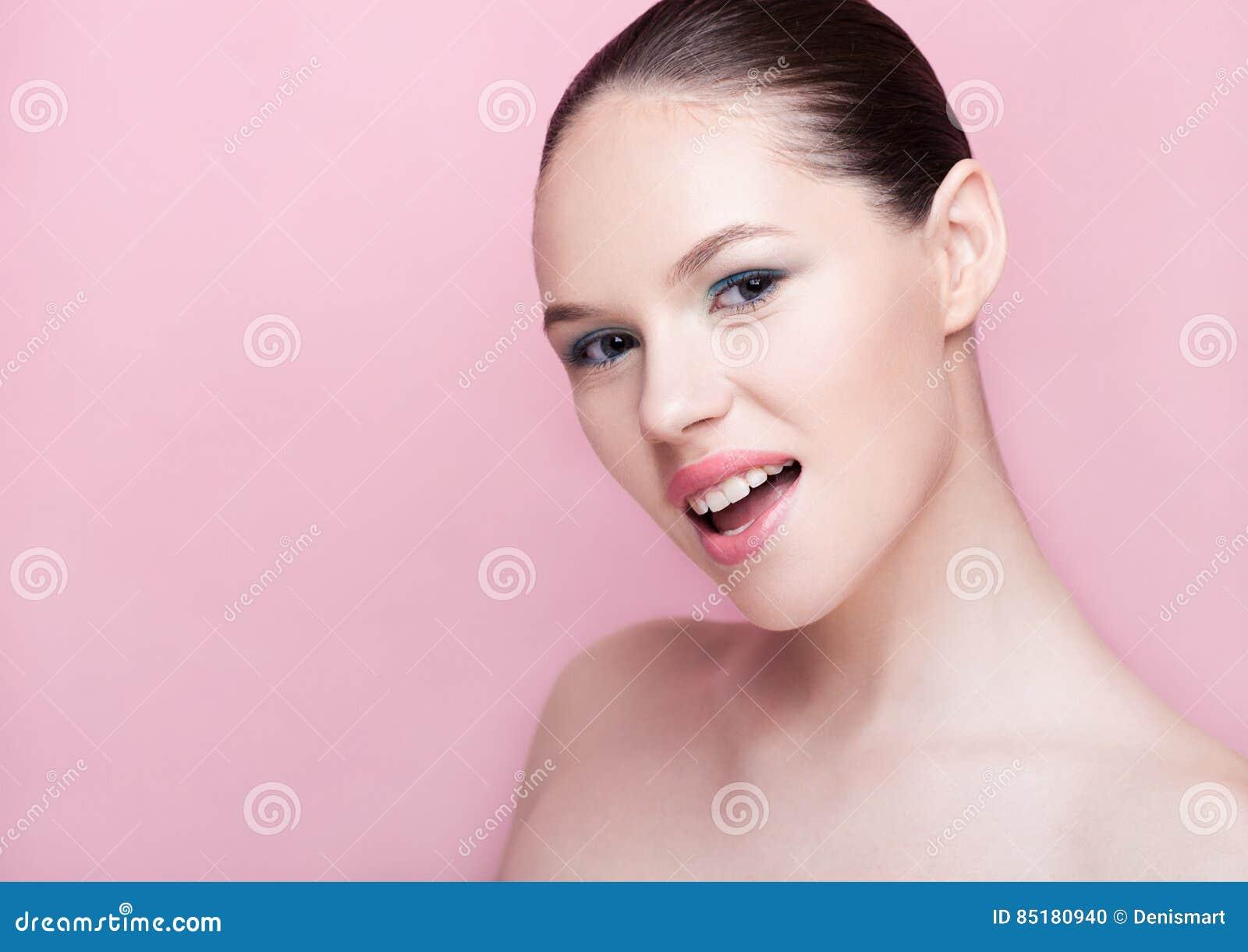 Soins de la peau naturels de station thermale de maquillage de fille de Beautyl sur le rose
