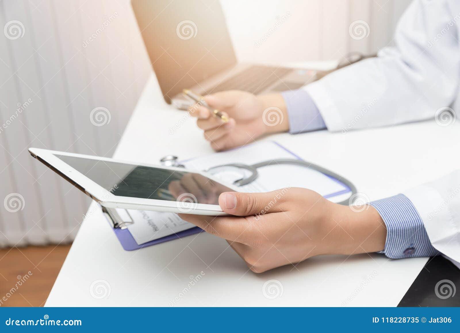 Soins de santé et concept médical, docteur utilisant le comprimé et travail dans le bureau