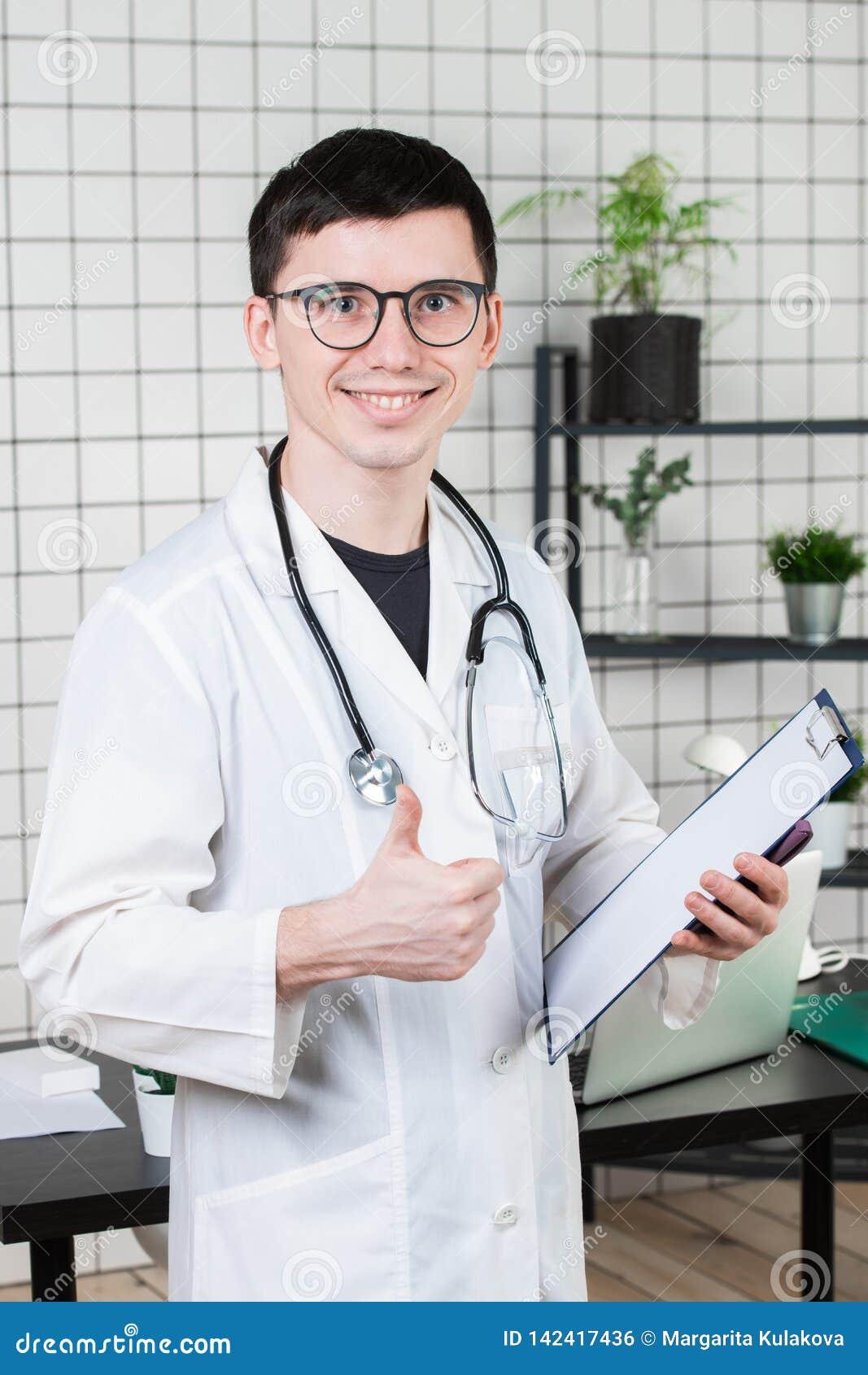 Soins de santé, profession et concept de médecine - docteur masculin de sourire montrant des pouces au-dessus de fond médical de