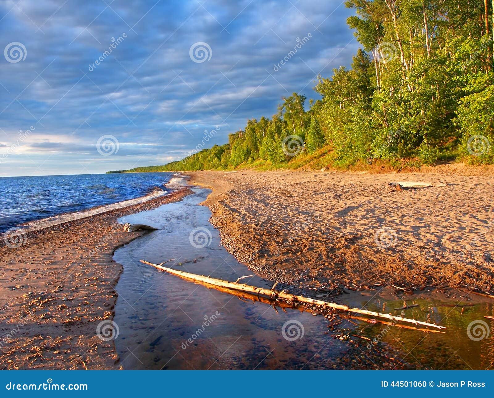 Soirée d été de plage du lac Supérieur