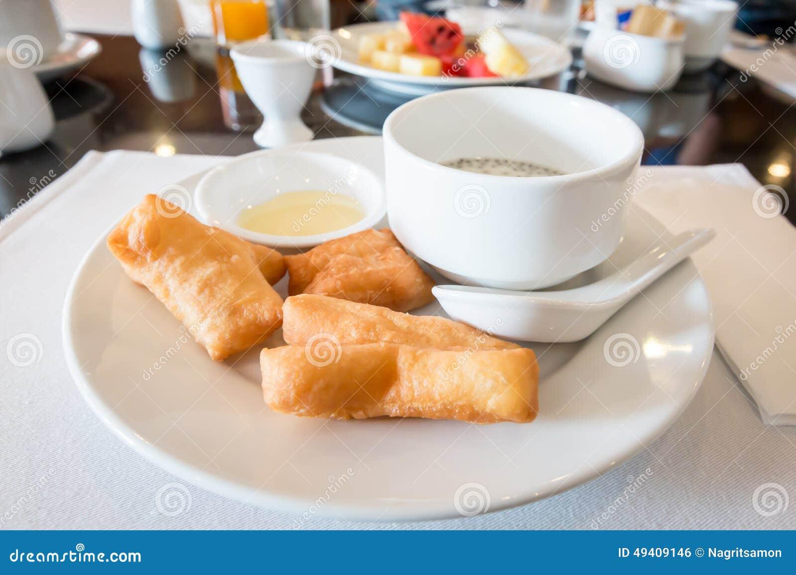 Download Sojabohnenmilch Mit Frittiertem Teigstock Und Schwarzen Samen Des Indischen Sesams Stockfoto - Bild von steuerknüppel, chinesisch: 49409146