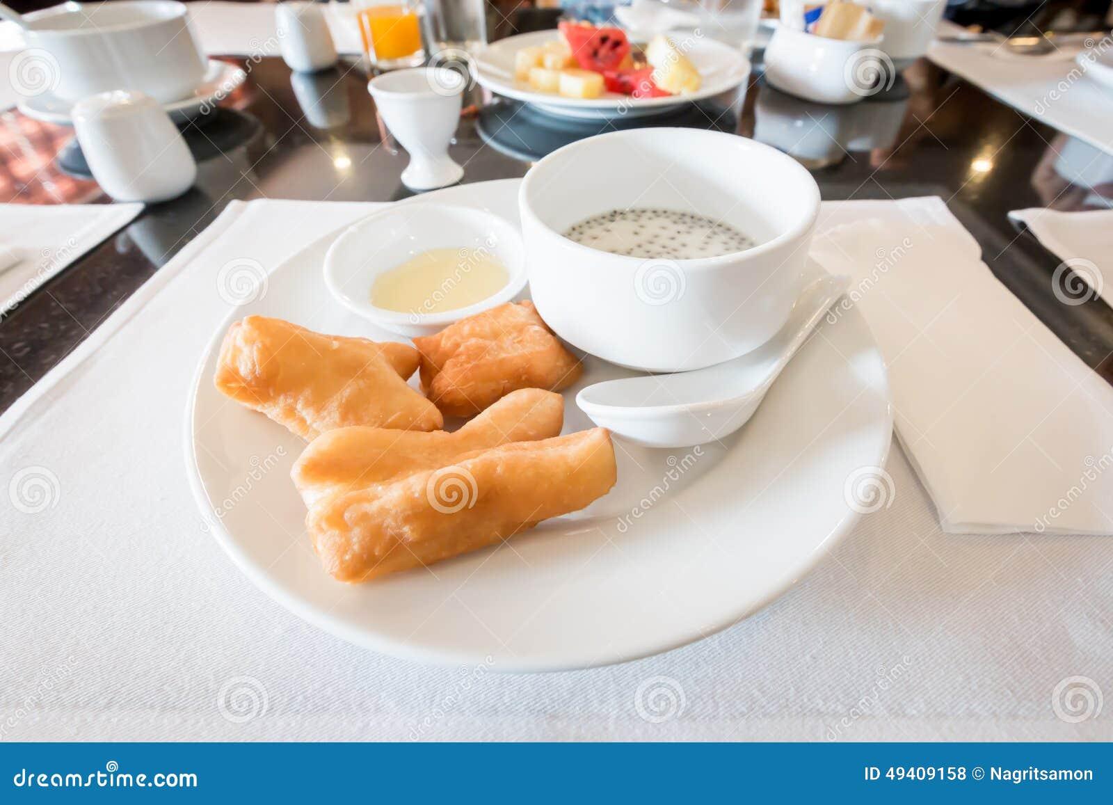 Download Sojabohnenmilch Mit Frittiertem Teigstock Und Schwarzen Samen Des Indischen Sesams Stockfoto - Bild von getränk, nahrung: 49409158