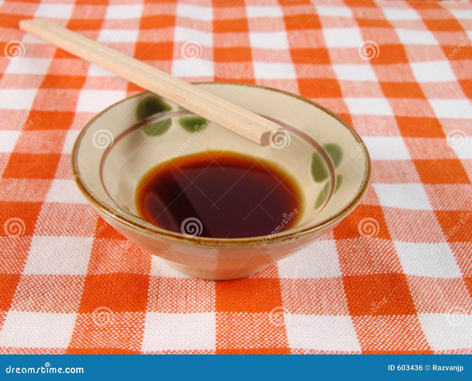 Sojasaus en eetstokjes op een huislijst