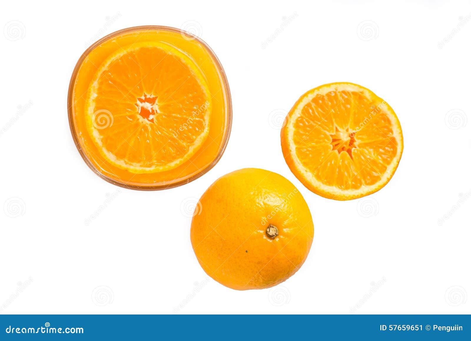 Sok pomarańczowy i plasterki pomarańcze na białym, Odgórnym widoku,