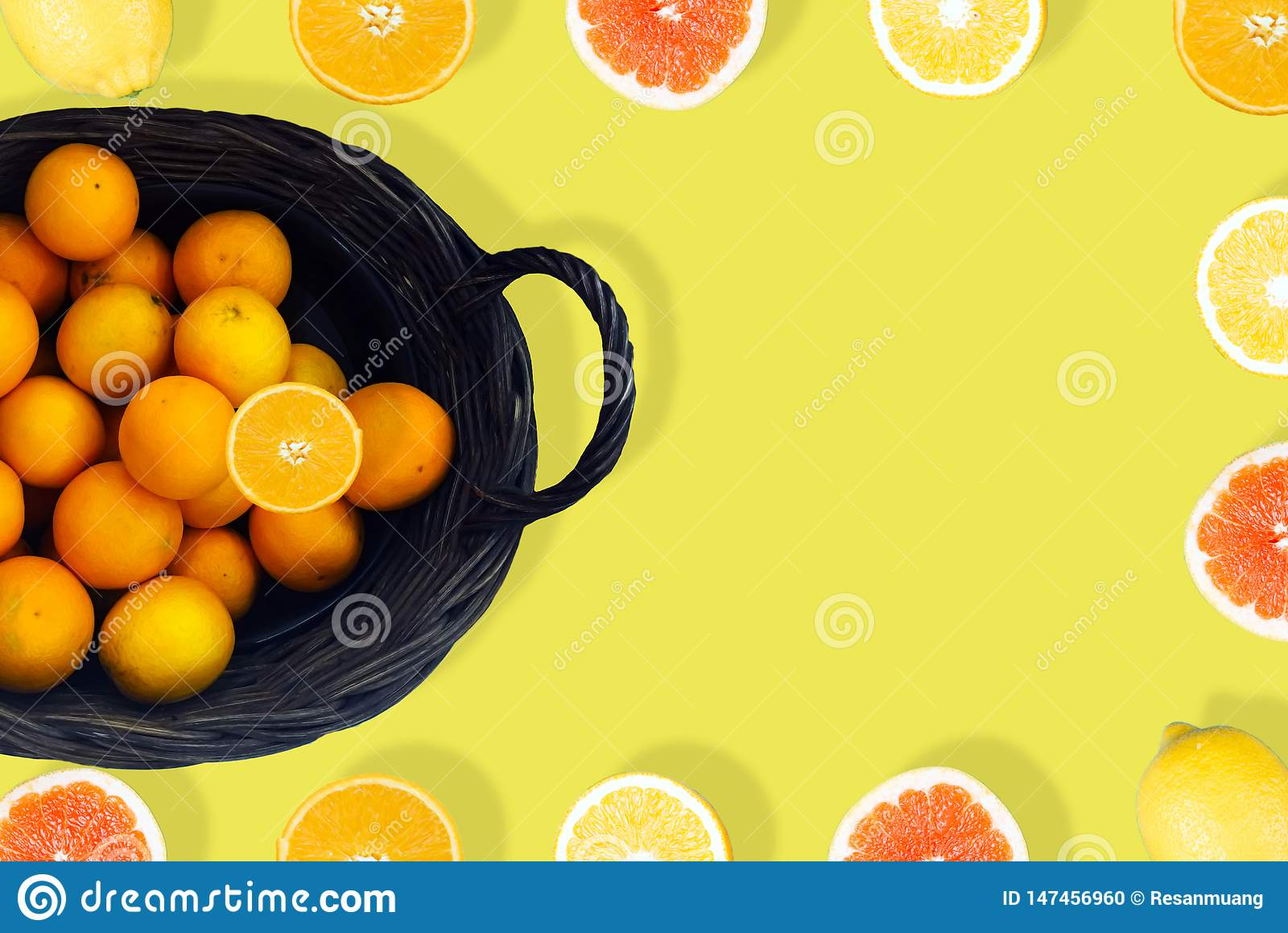 Sok pomarańczowy na Żółtym tle z góry