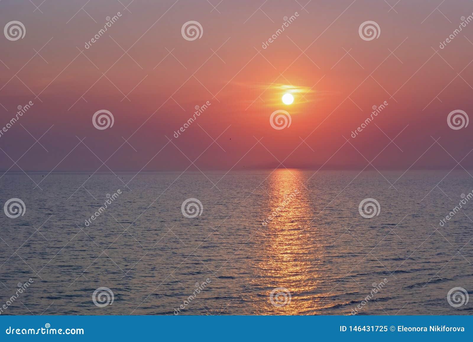 Sol- bana till havet Solnedg?ng eller soluppg?ng p? havet klar horisont