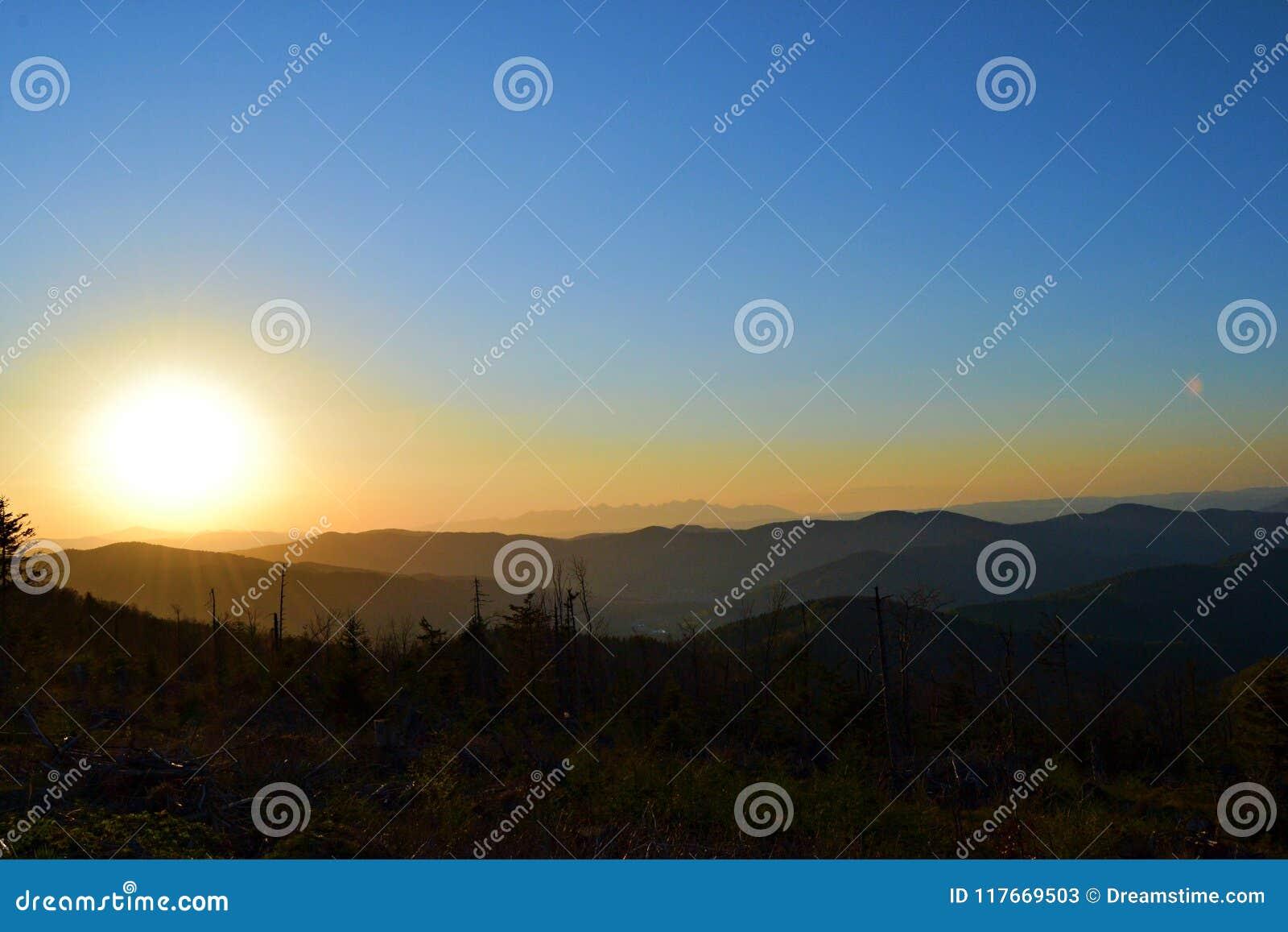 Sol bonito acima dos montes
