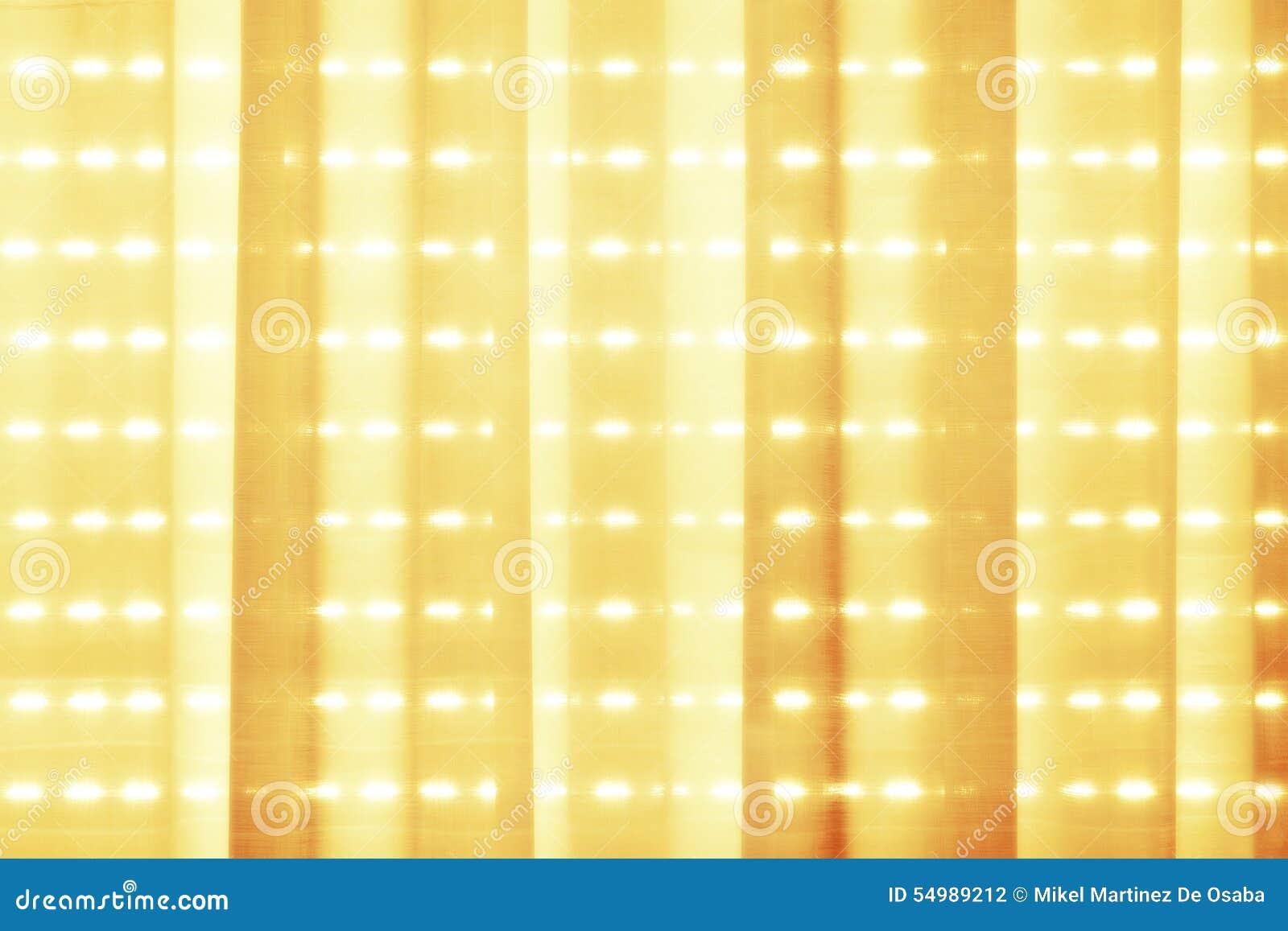 Sol en la mañana en las cortinas de la tela