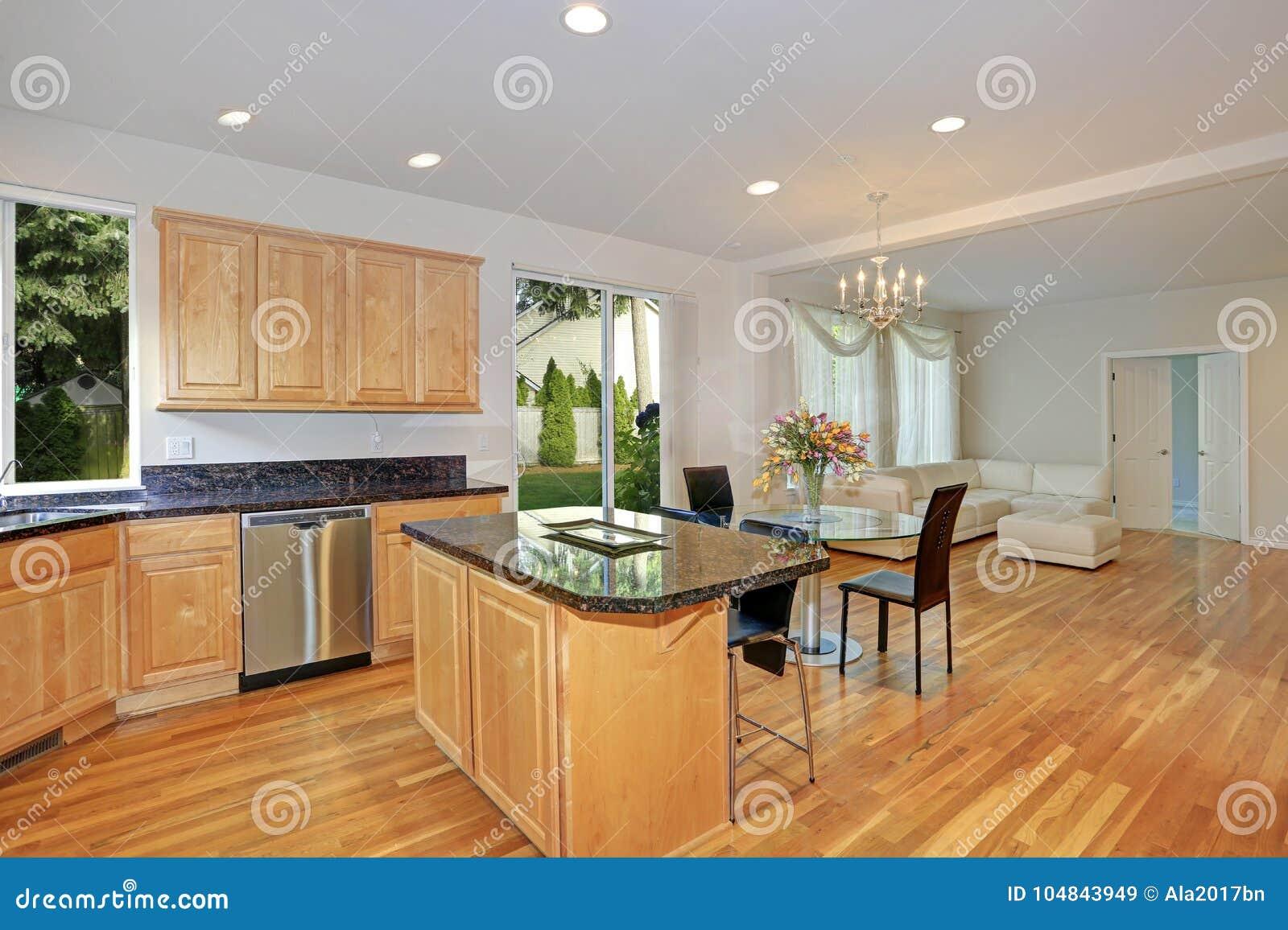 Sol fyllt gourmet- kök med träcabinetry
