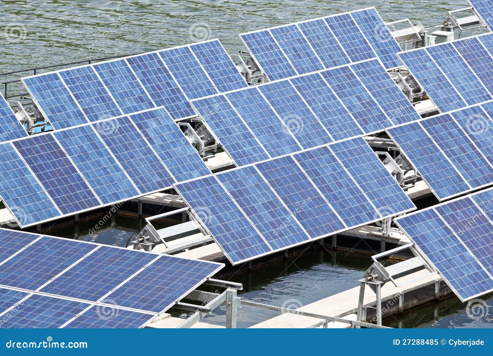 Sol- paneler på vattnet.