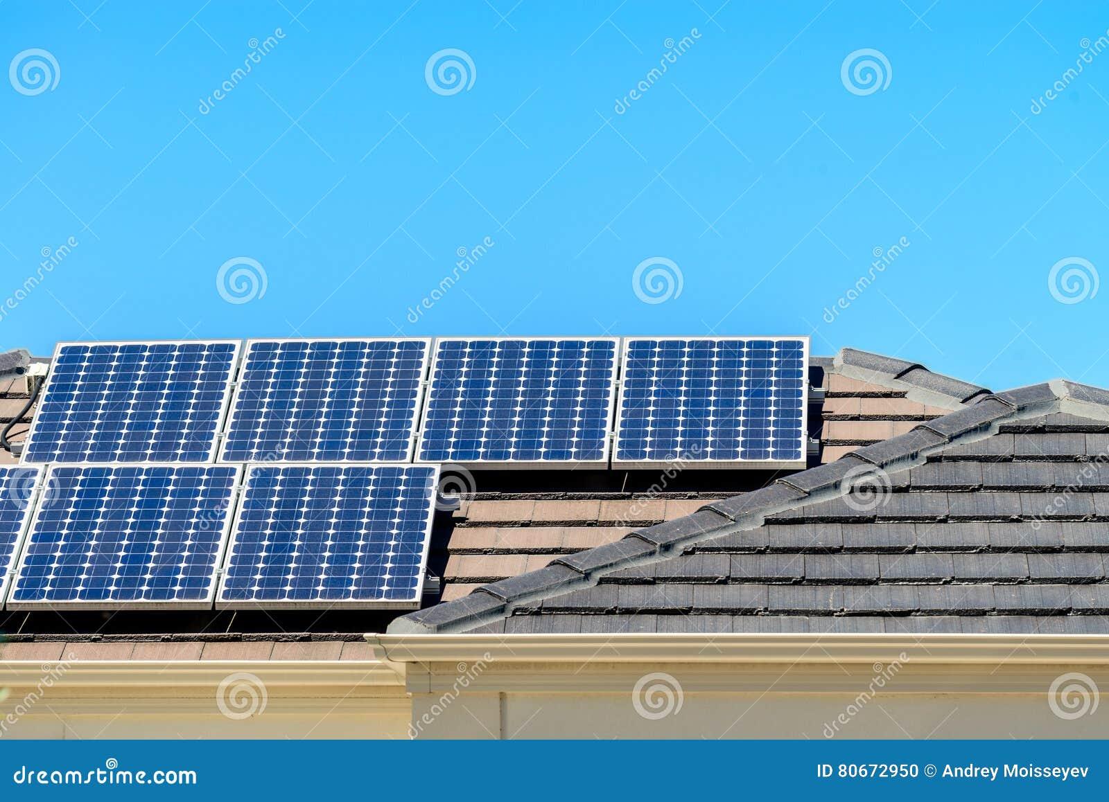 Sol- paneler som installeras på taklägga