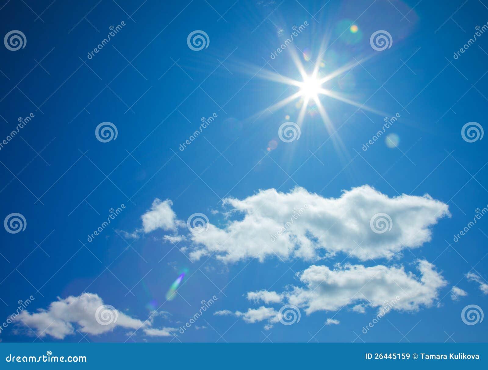 Sol Star-shaped no céu azul