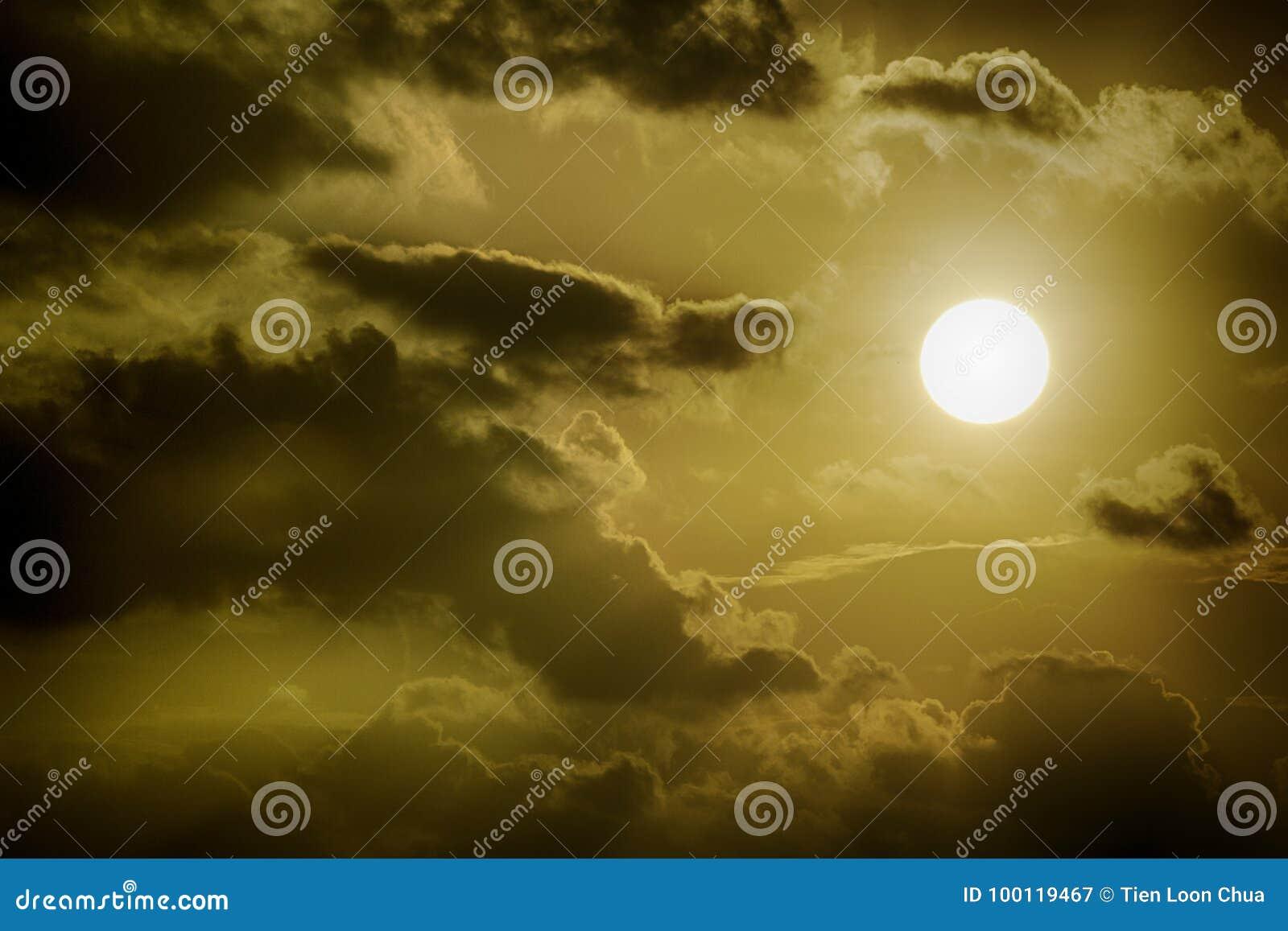 Sol under mörka moln