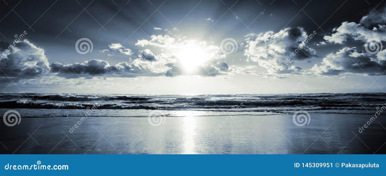 Sol y nubes del mar de la pantalla ancha
