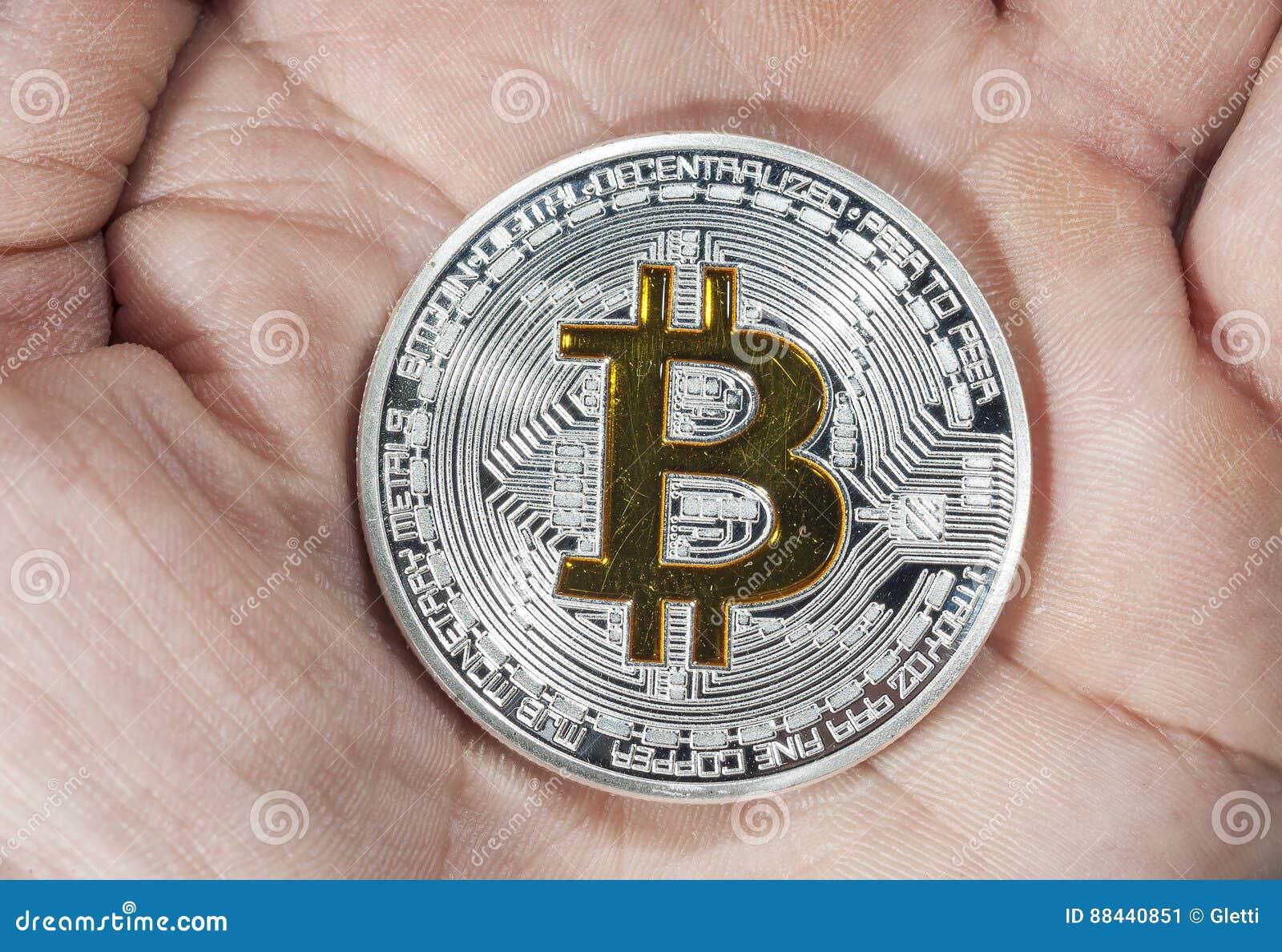 Sola Moneda De BTC Bitcoin A Mano Imagen de archivo - Imagen de ...
