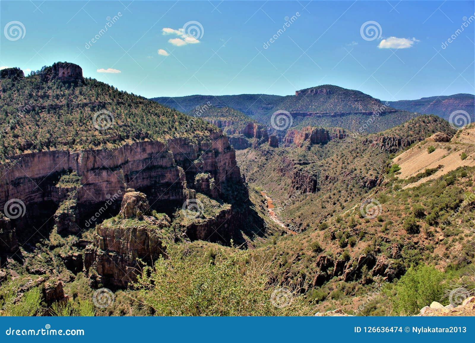 Solankowy Rzeczny jar wśród Białej Halnej Apache Indiańskiej rezerwaci, Arizona, Stany Zjednoczone
